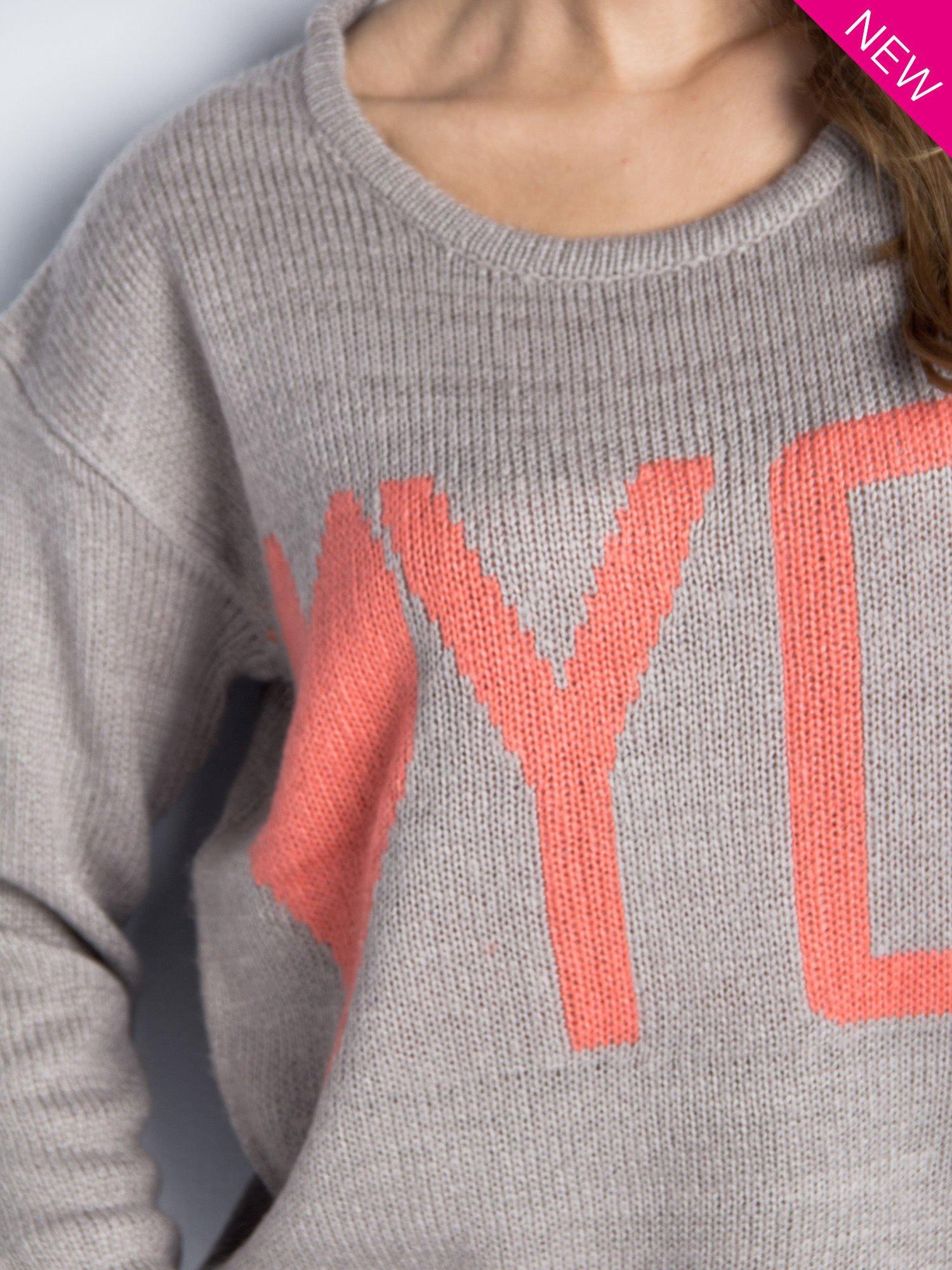 Jasnoszary sweter z sercem i nadrukiem YOU                                  zdj.                                  2