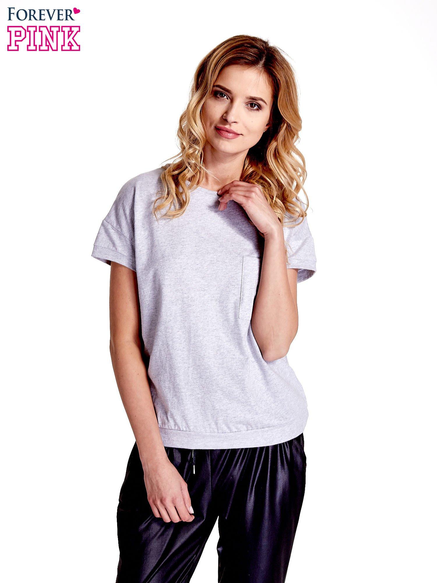 Jasnoszary t-shirt z kieszonką                                  zdj.                                  1