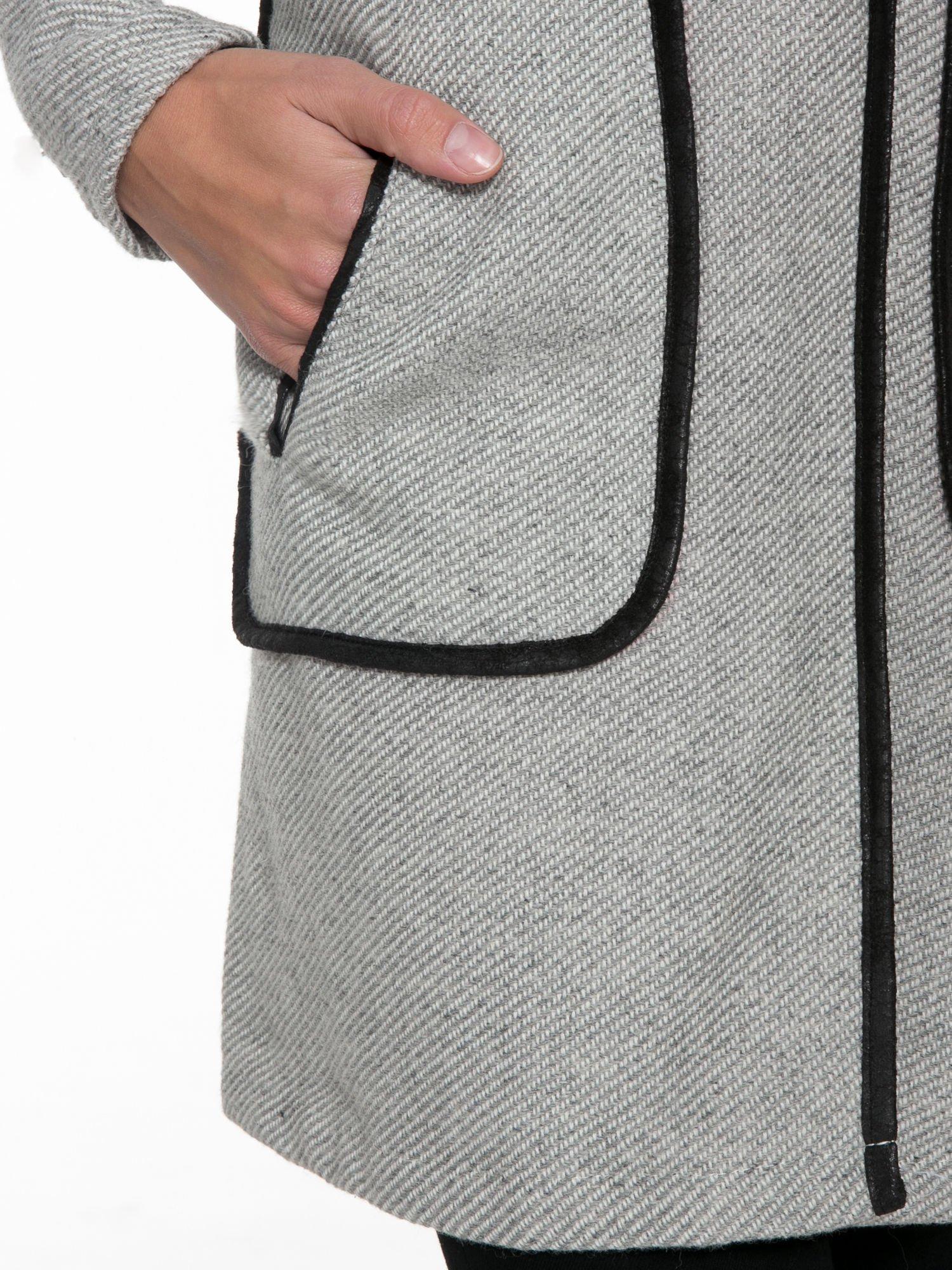 Jasnoszary wełniany długi żakiet o pudełkowym kroju ze skórzaną lamówką                                  zdj.                                  6