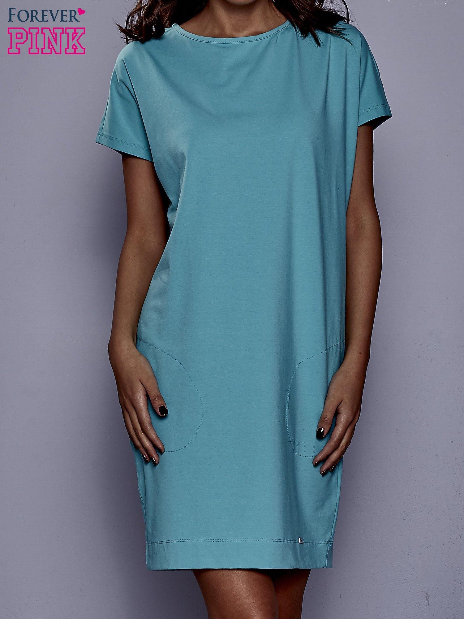 Jasnozielona sukienka dresowa z kieszeniami po bokach                                  zdj.                                  1