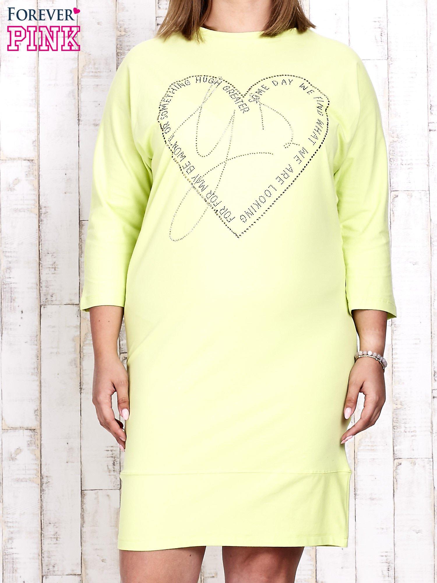 Jasnozielona sukienka dresowa z sercem z dżetów PLUS SIZE                                  zdj.                                  1