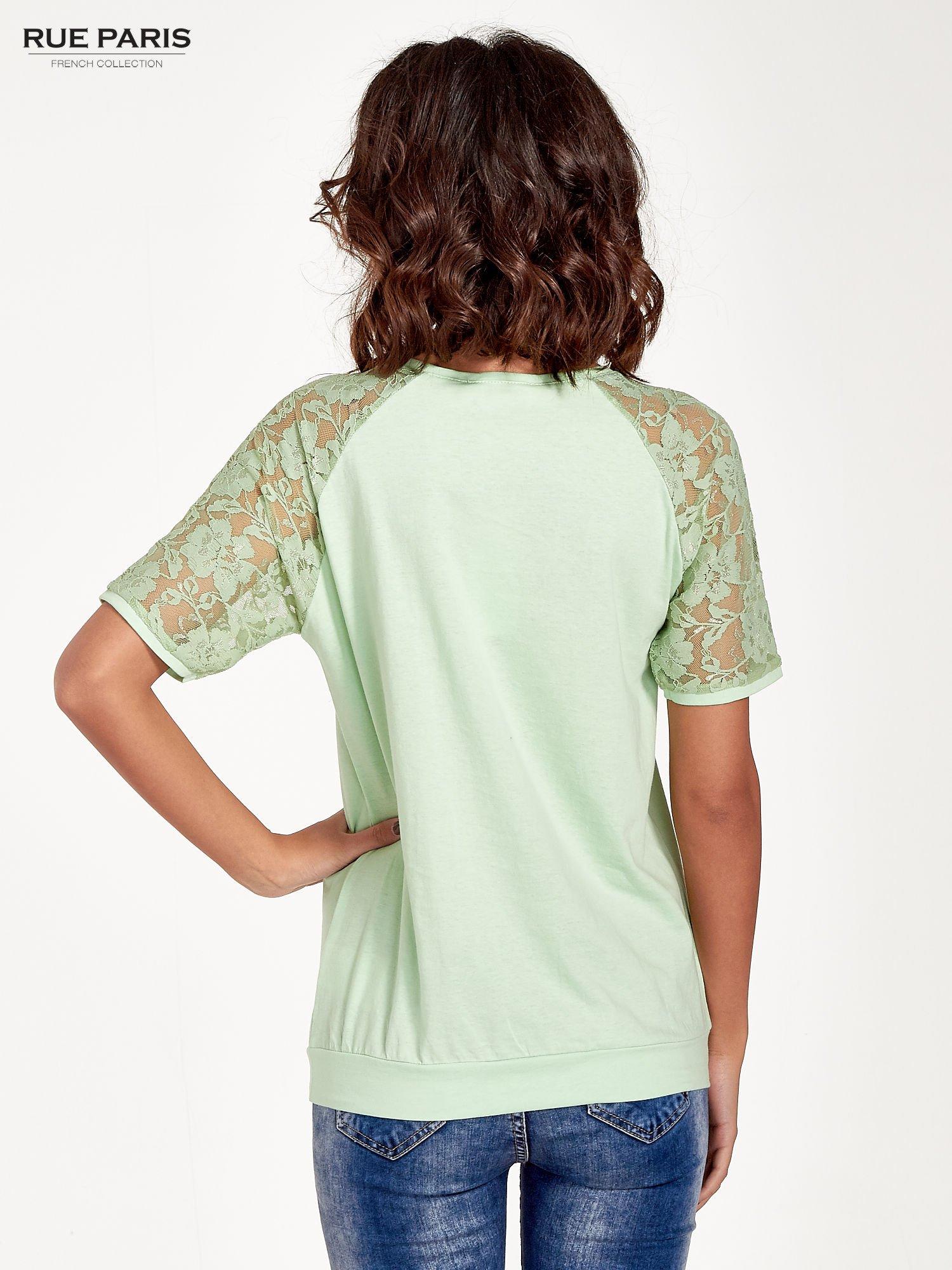 Jasnozielony t-shirt z koronkowymi rękawami długości 3/4                                  zdj.                                  4