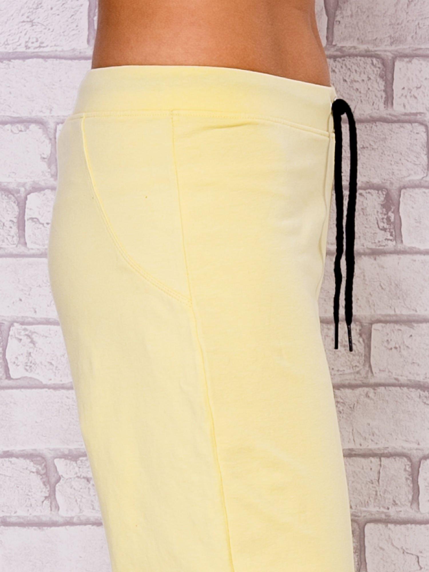 Jasnożółte spodnie sportowe capri                                  zdj.                                  5