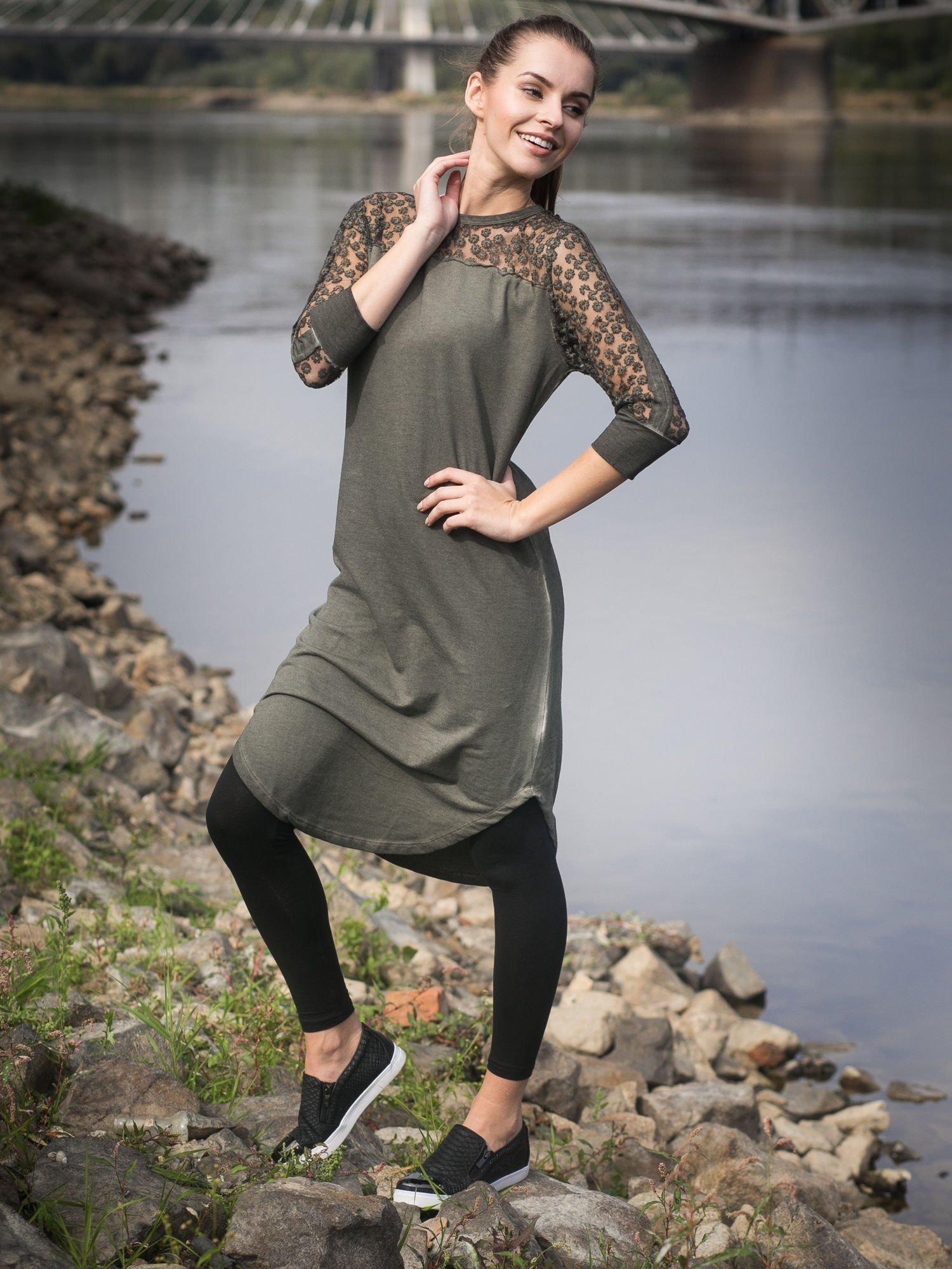 Khaki dresowa sukienka z koronkowym karczkiem                                  zdj.                                  11