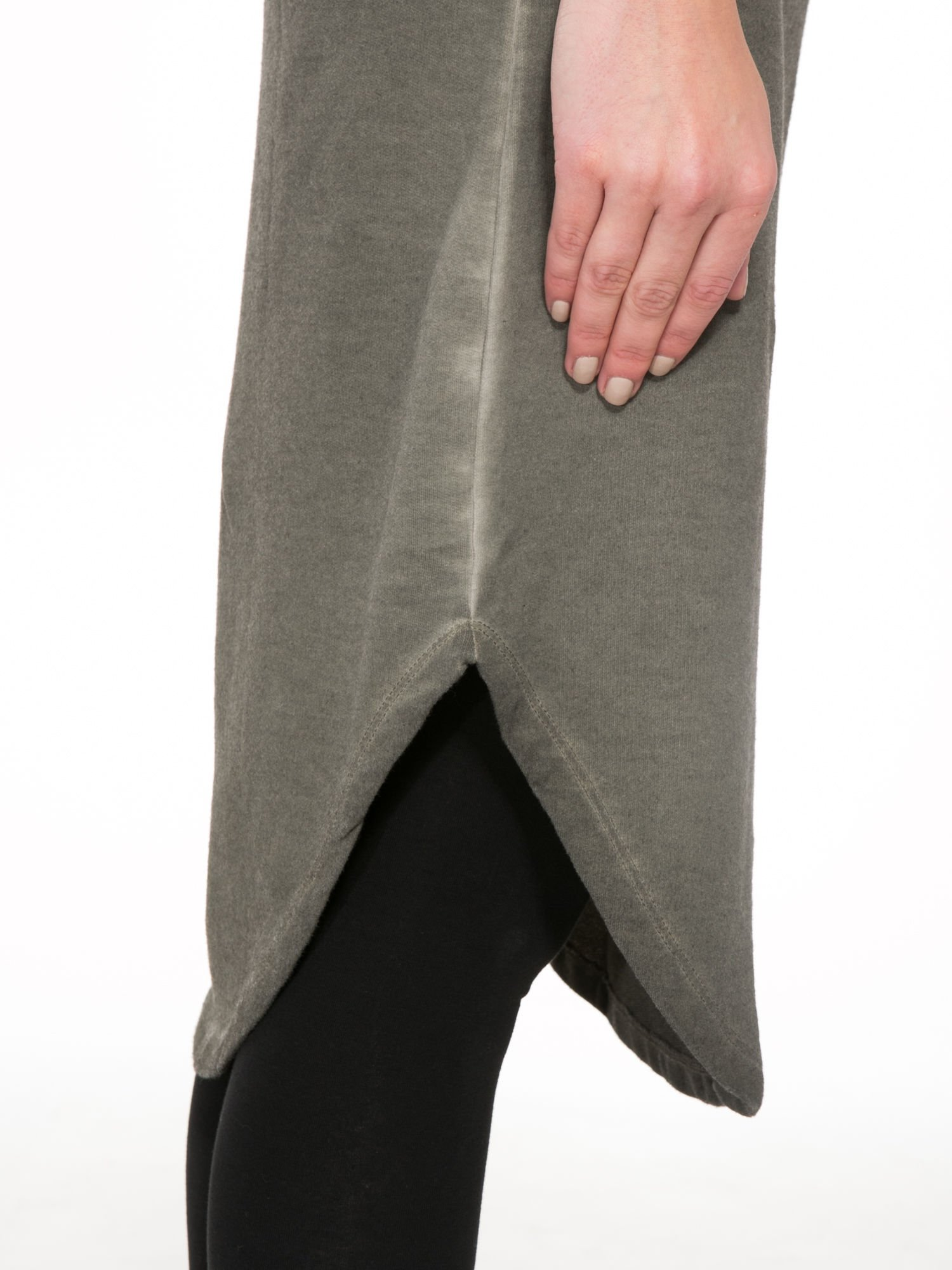 Khaki dresowa sukienka z koronkowym karczkiem                                  zdj.                                  7