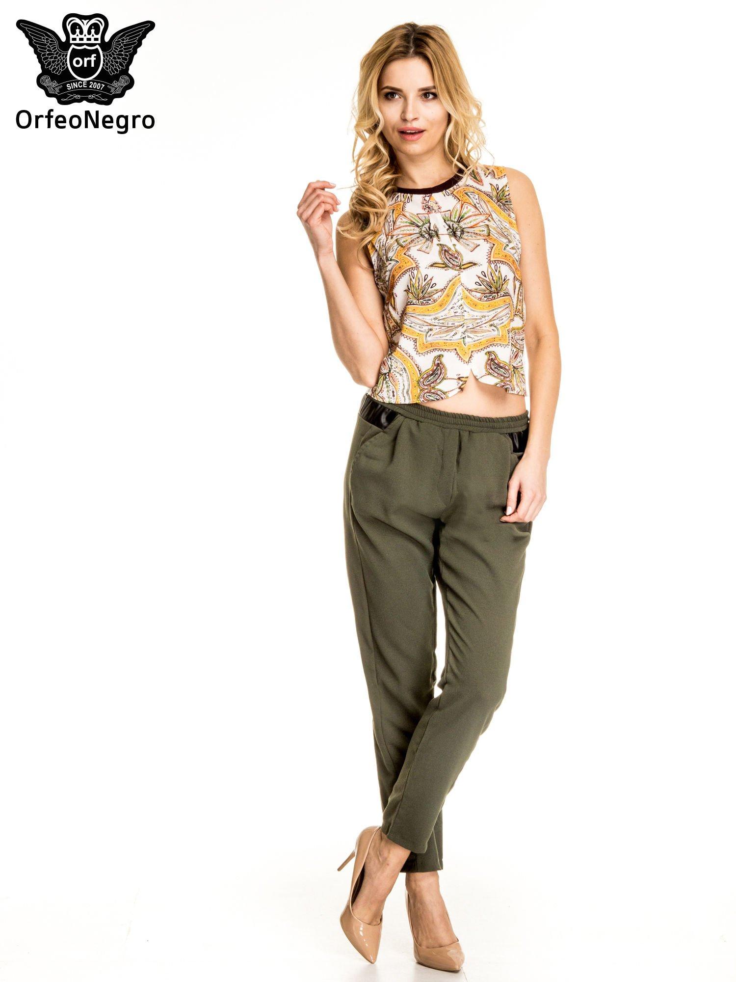 Khaki spodnie materiałowe ze skórzaną wstawką                                   zdj.                                  2