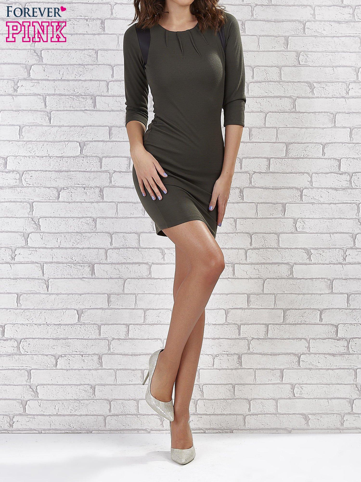 Khaki sukienka z marszczeniami przy dekolcie                                  zdj.                                  1
