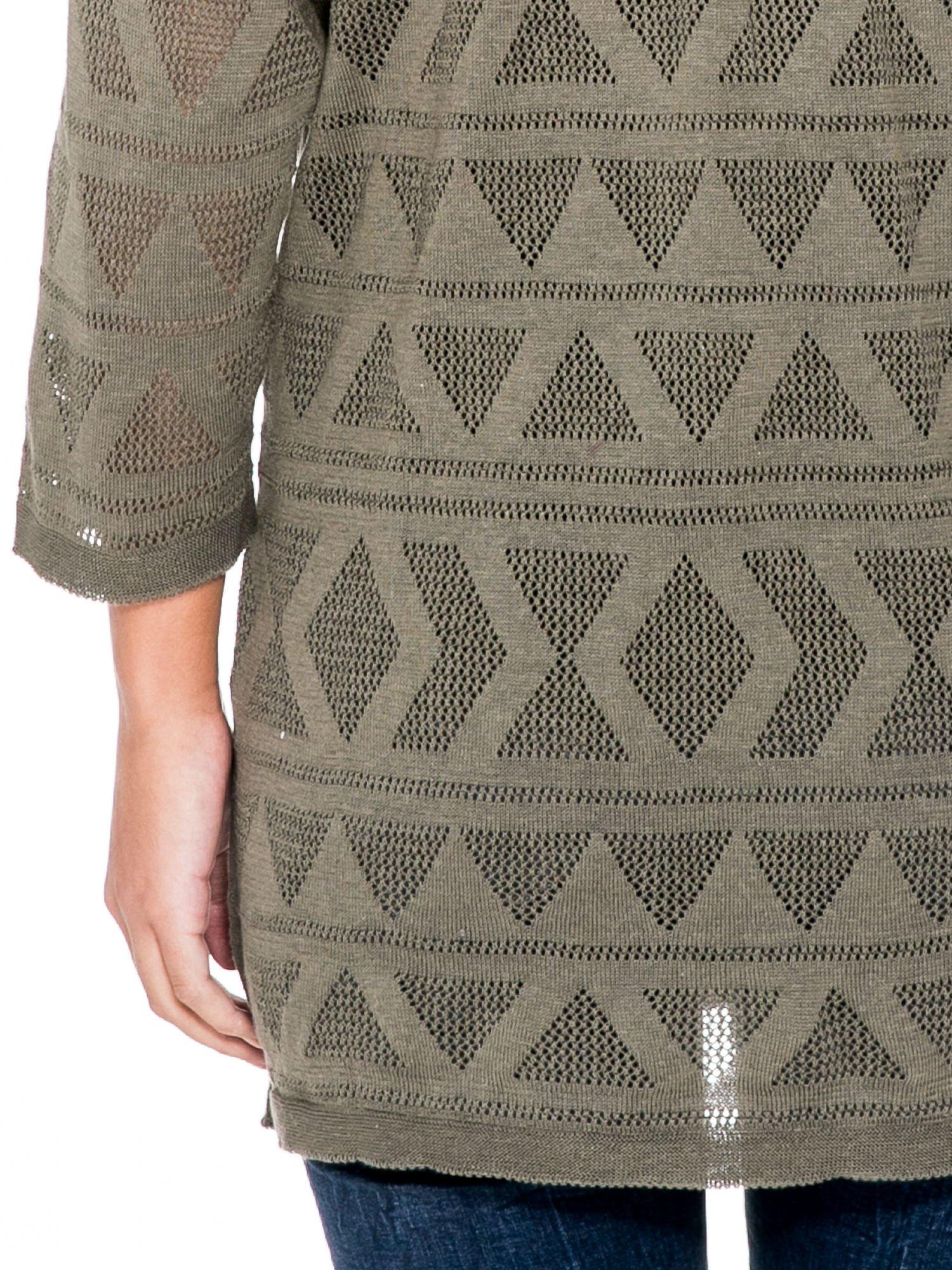 Khaki sweter narzutka o geometrycznym splocie                                  zdj.                                  6