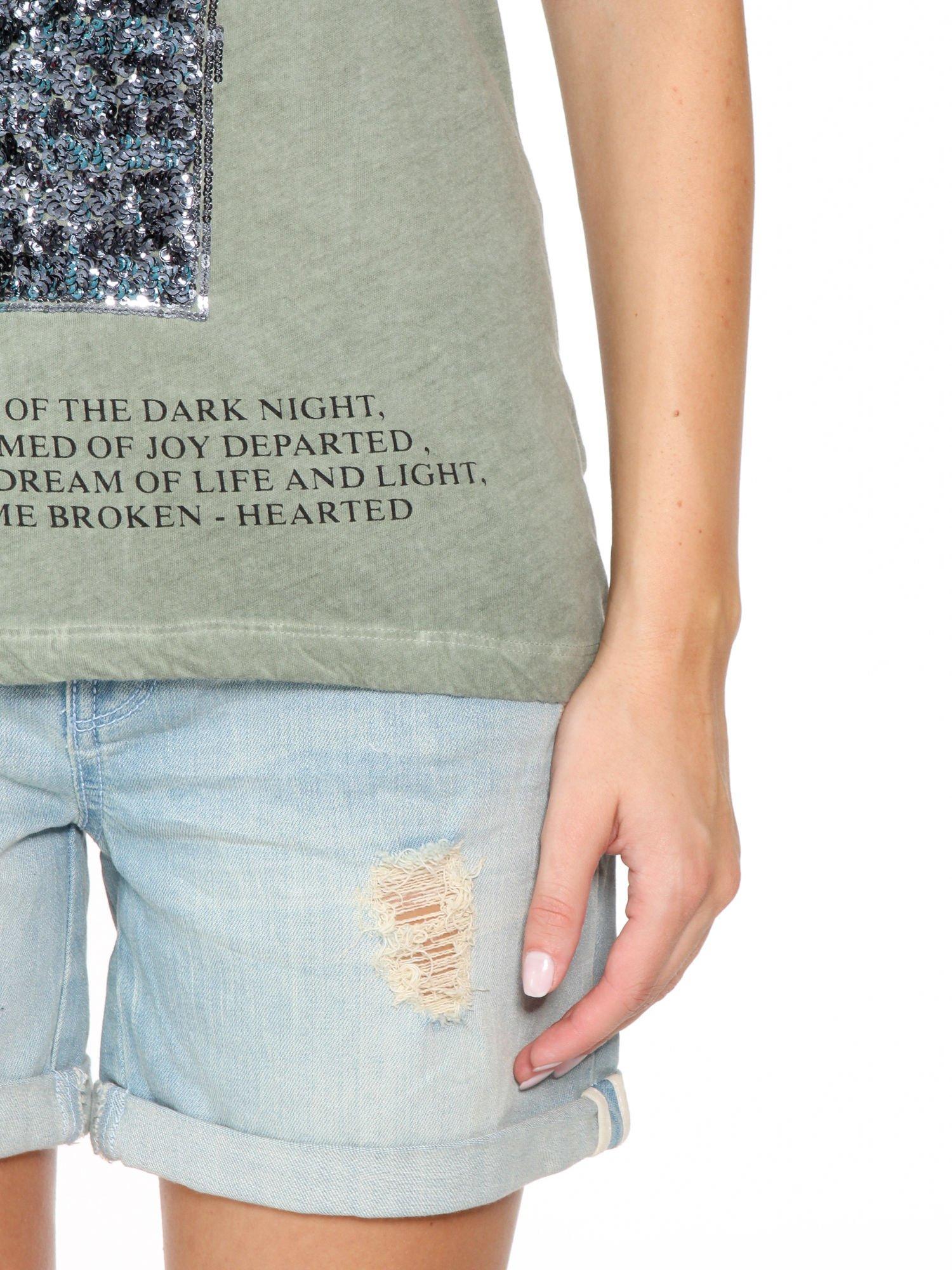 Khaki t-shirt z cekinowym krzyżem                                  zdj.                                  8