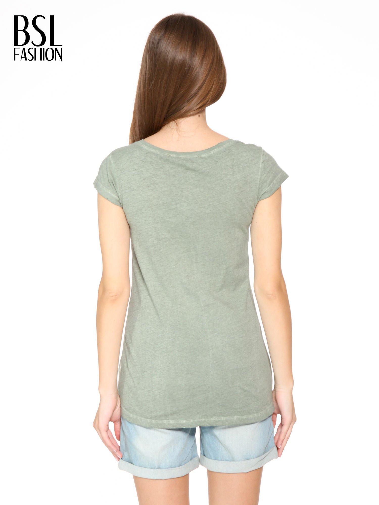 Khaki t-shirt z cekinowym krzyżem                                  zdj.                                  4