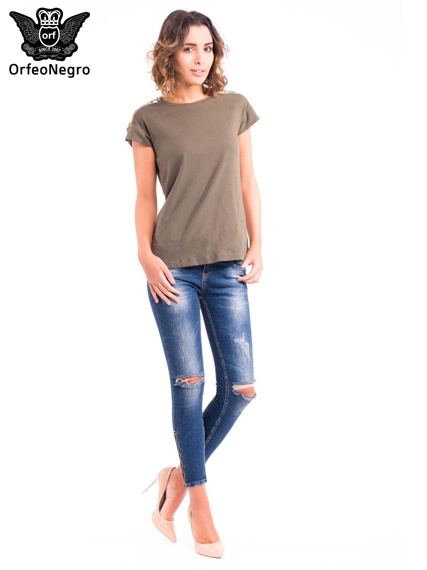 Khaki t-shirt z haftem na plecach zdobionym cekinami                                   zdj.                                  2