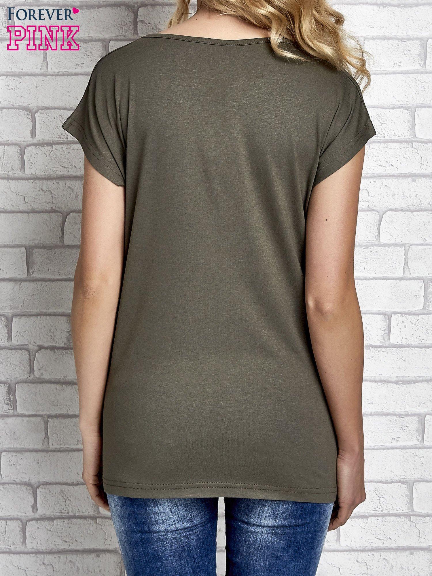 Khaki t-shirt z napisem FASHION IS THIS z dżetami                                  zdj.                                  2