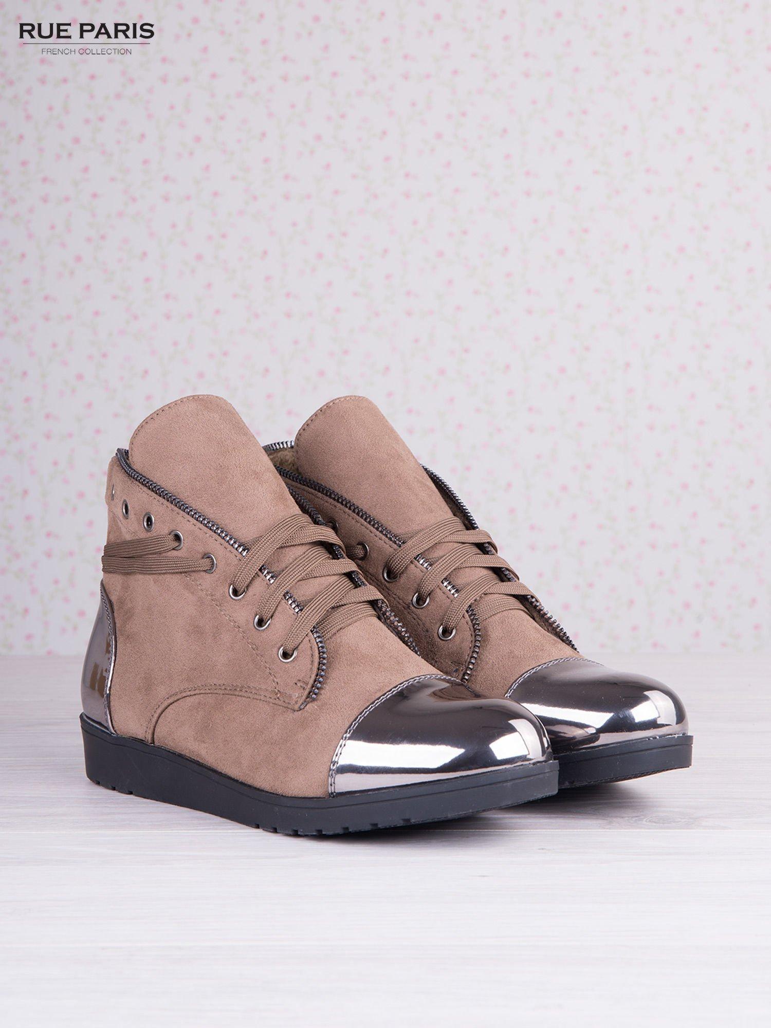 Khaki zamszowe sneakersy z ozdobnym suwakiem i lustrzanymi wstawkami                                  zdj.                                  3