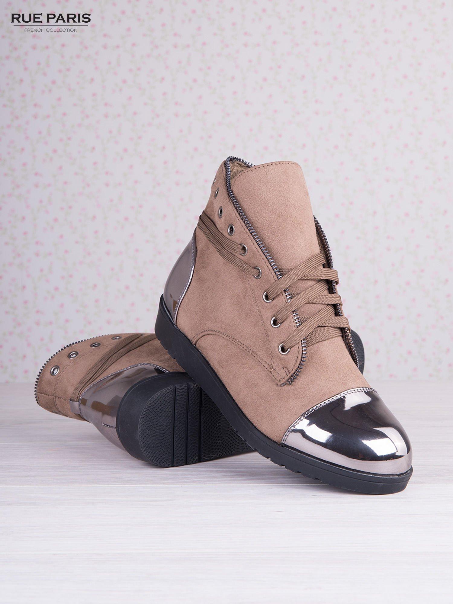 Khaki zamszowe sneakersy z ozdobnym suwakiem i lustrzanymi wstawkami                                  zdj.                                  4