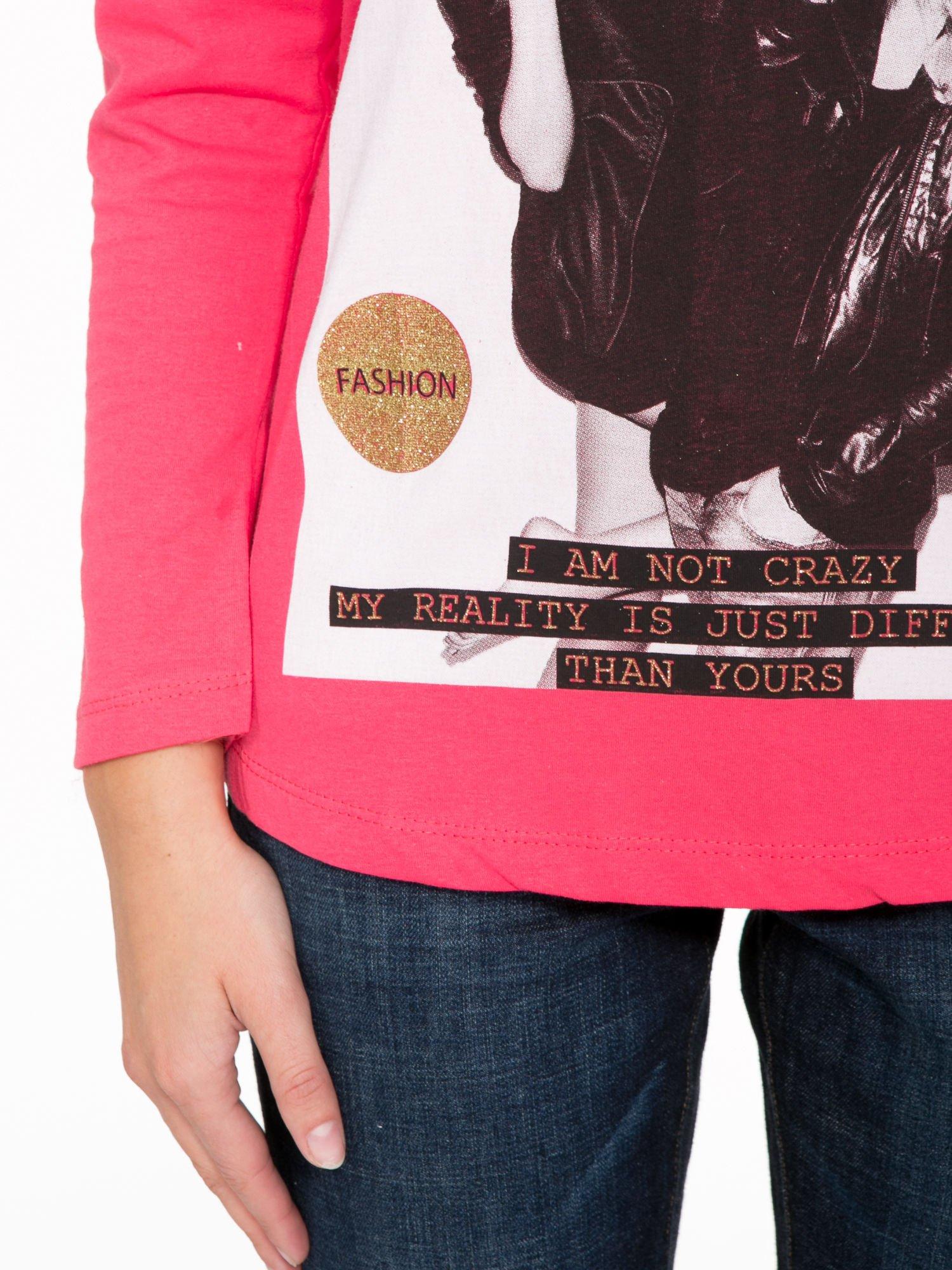 Koralowa bluzka z napisem CRAZY i nadrukiem fashionistek                                  zdj.                                  7