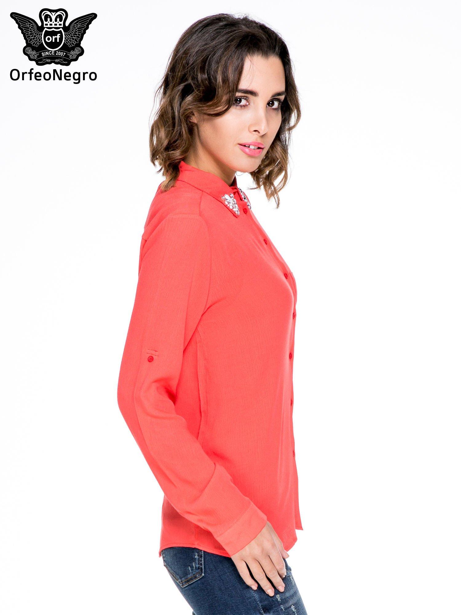 Koralowa koszula z biżuteryjnym kołnierzykiem i kieszonką                                  zdj.                                  3