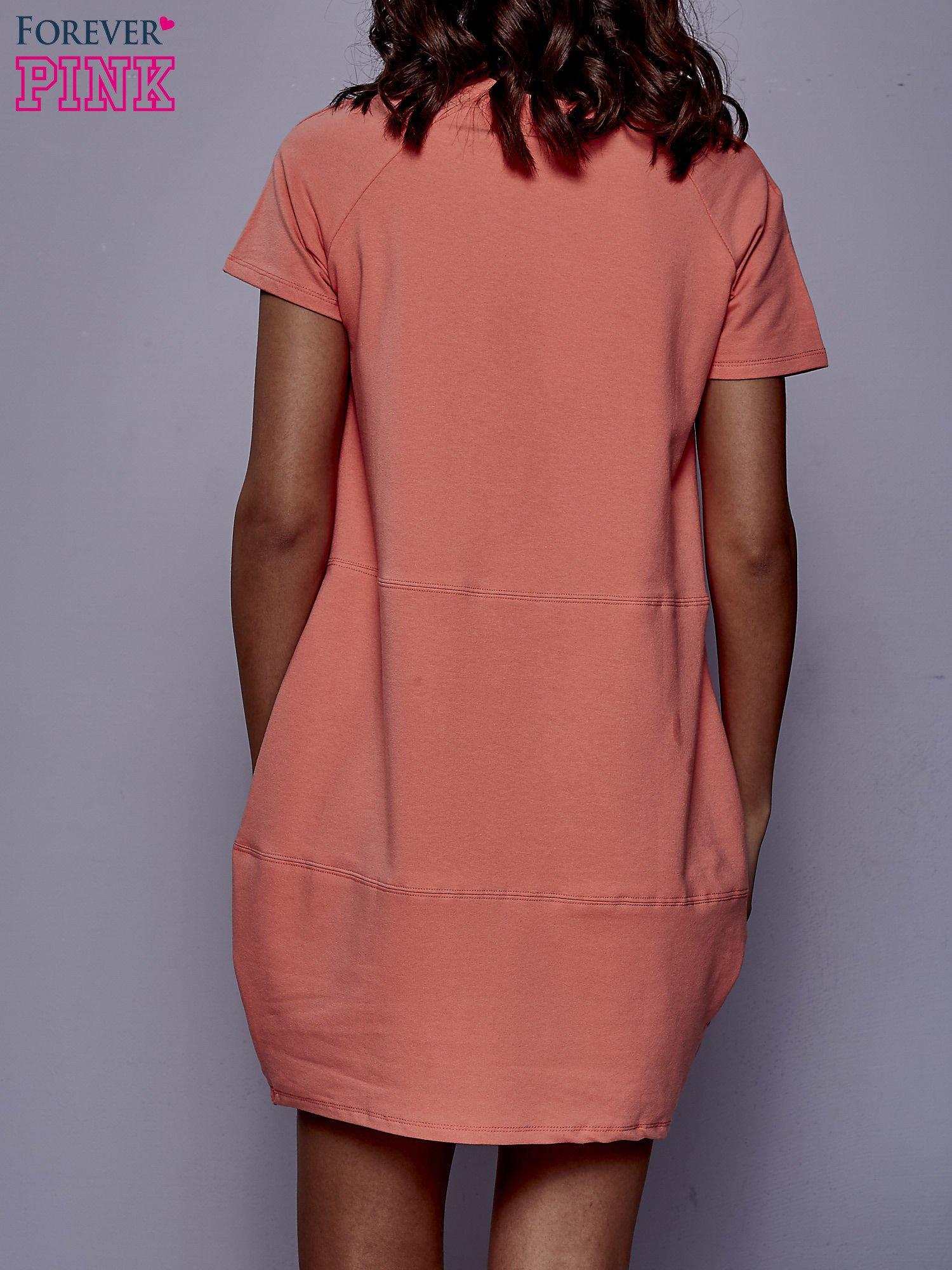 Koralowa sukienka dresowa z kieszenią z boku                                  zdj.                                  4