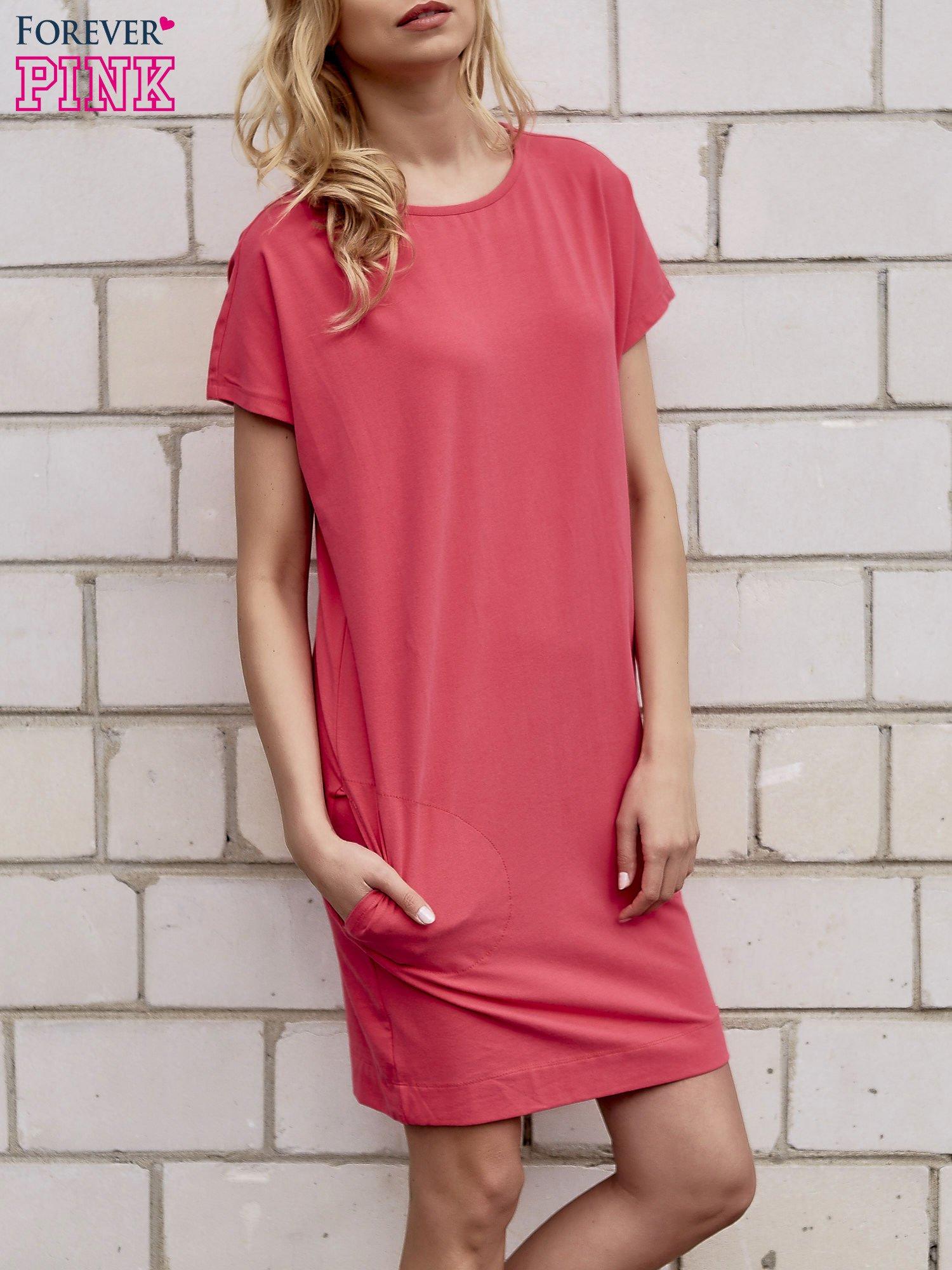Koralowa sukienka dresowa z kieszeniami po bokach                                  zdj.                                  3