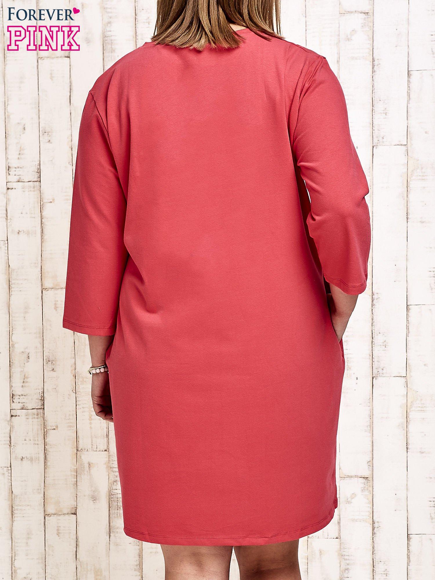 Koralowa sukienka dresowa z napisem BABE PLUS SIZE                                  zdj.                                  2