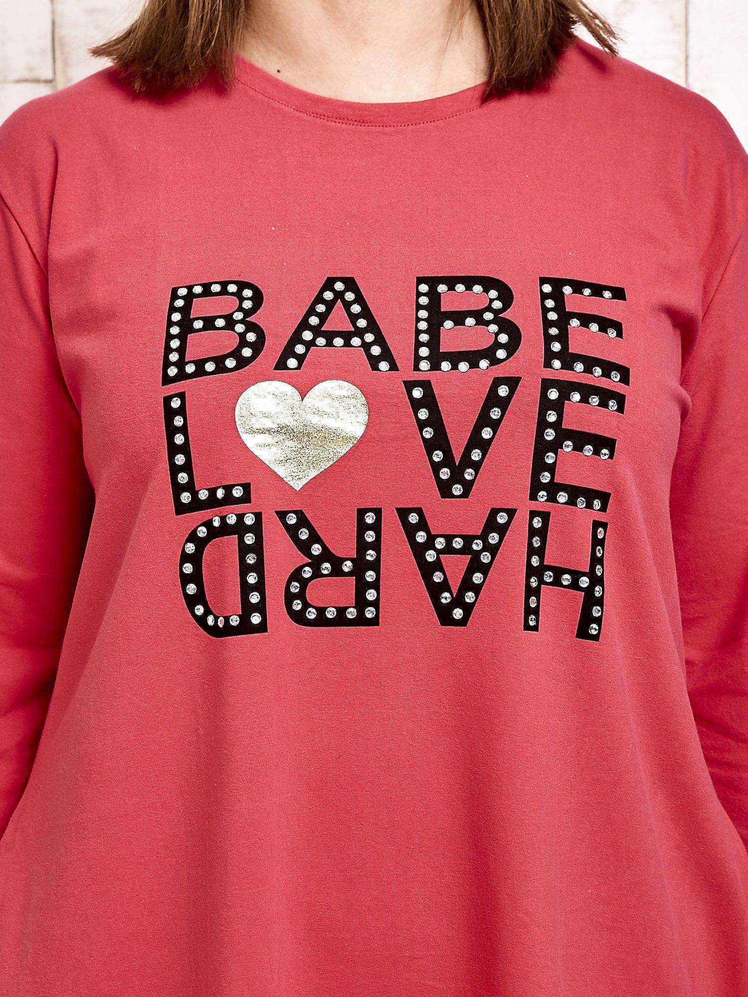 Koralowa sukienka dresowa z napisem BABE PLUS SIZE                                  zdj.                                  5