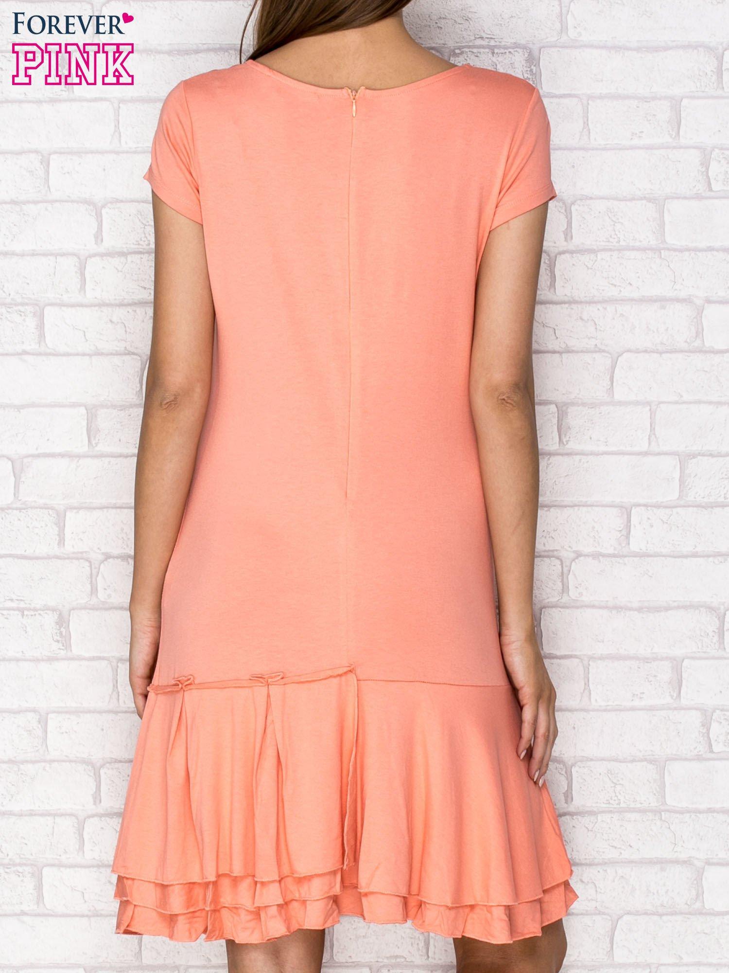 Koralowa sukienka dresowa z ozdobną falbaną                                  zdj.                                  4