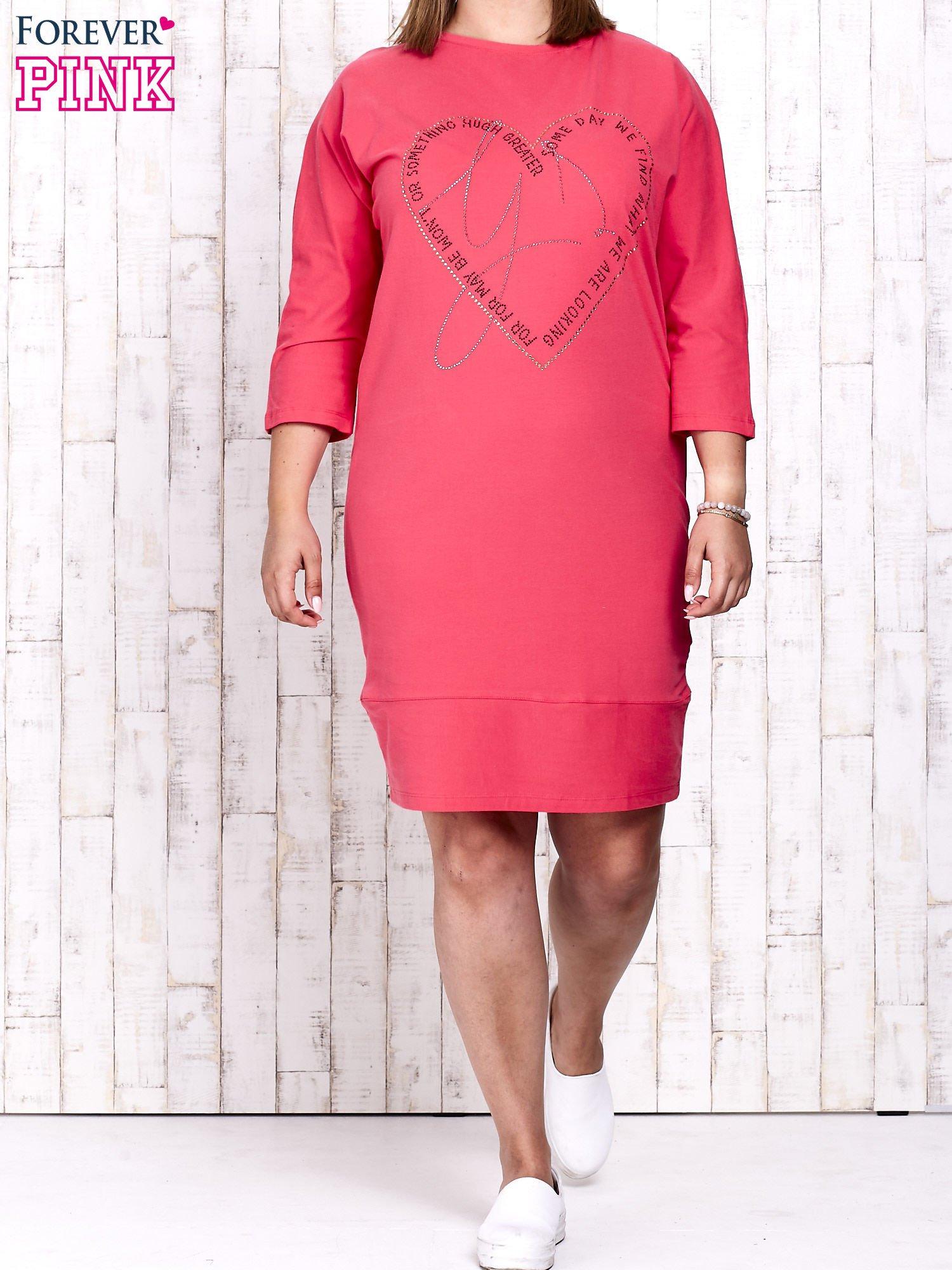 Koralowa sukienka dresowa z sercem z dżetów PLUS SIZE                                  zdj.                                  2