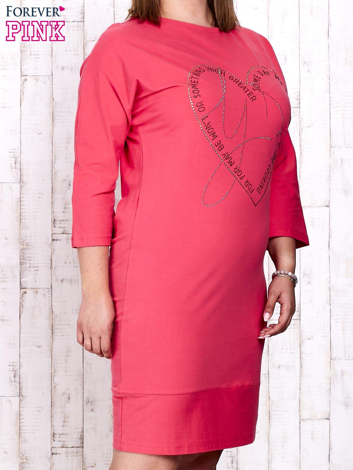 Koralowa sukienka dresowa z sercem z dżetów PLUS SIZE                                  zdj.                                  3