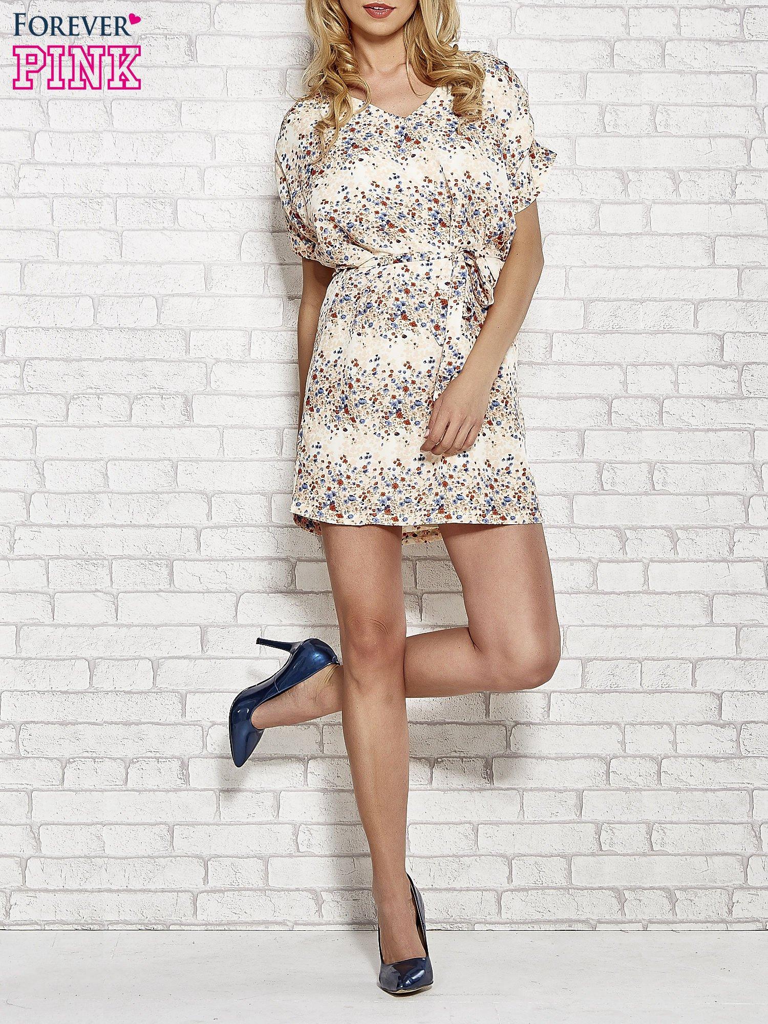 Koralowa sukienka w łączkę z paskiem w talii                                  zdj.                                  2