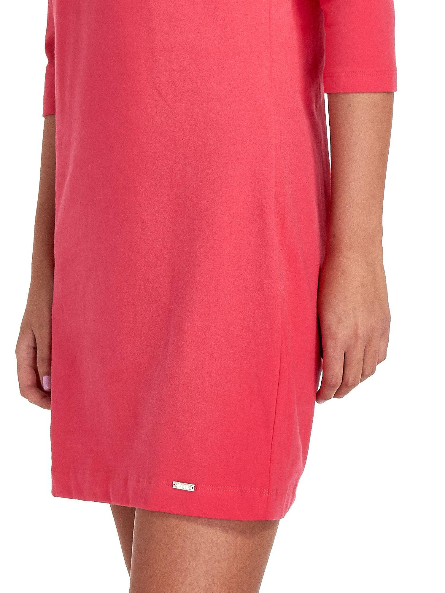 Koralowa sukienka z dekoltem w łódkę                                  zdj.                                  6