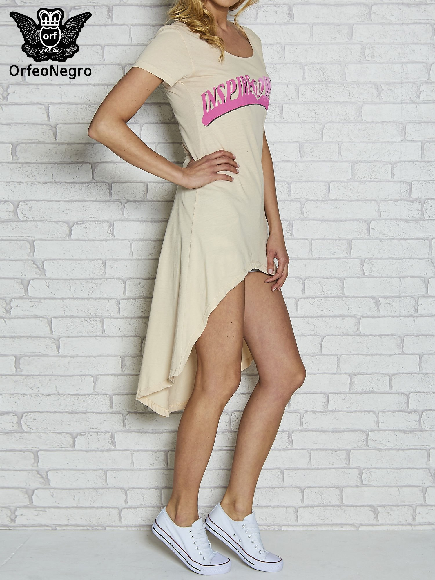 Koralowa sukienka z dłuższym tyłem i napisem INSPIRE THE WORLD                                  zdj.                                  3