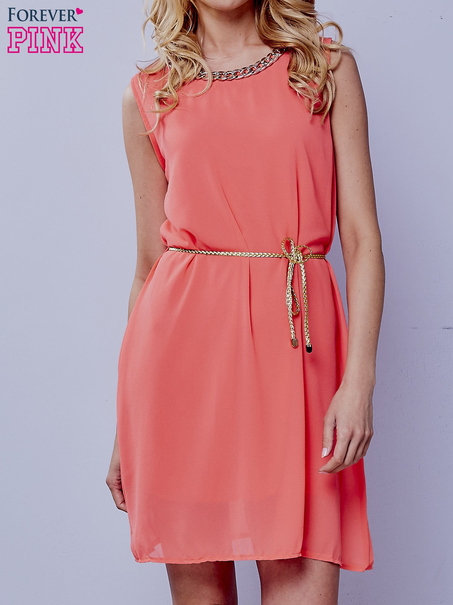 Koralowa sukienka ze złotym łańcuszkiem przy dekolcie                                  zdj.                                  1