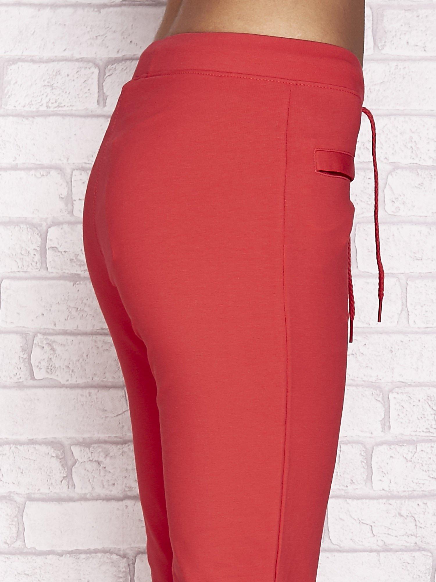 Koralowe spodnie dresowe capri z wszytymi kieszonkami                                  zdj.                                  5