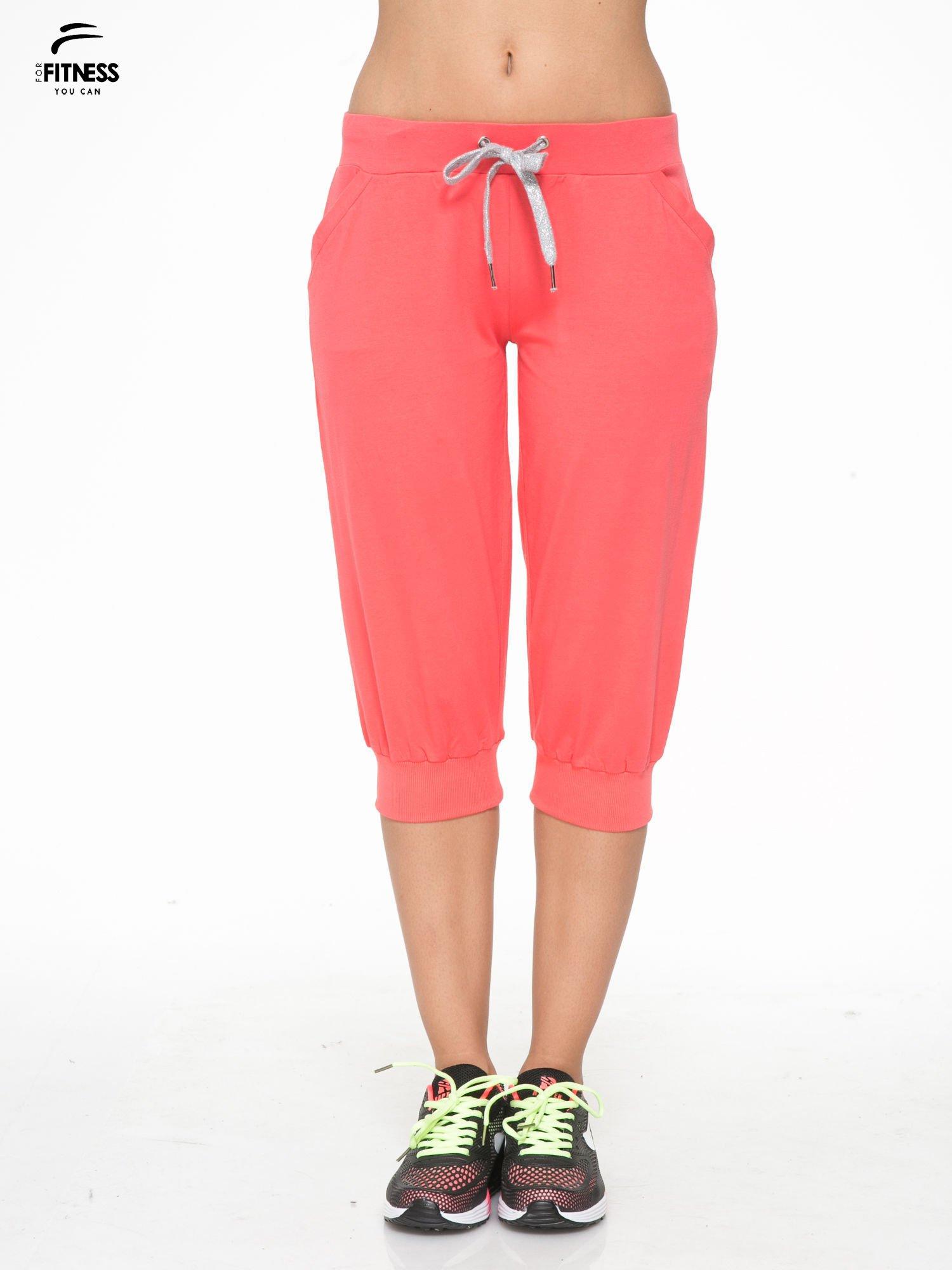 Koralowe spodnie sportowe typu capri wiązane w pasie                                  zdj.                                  1