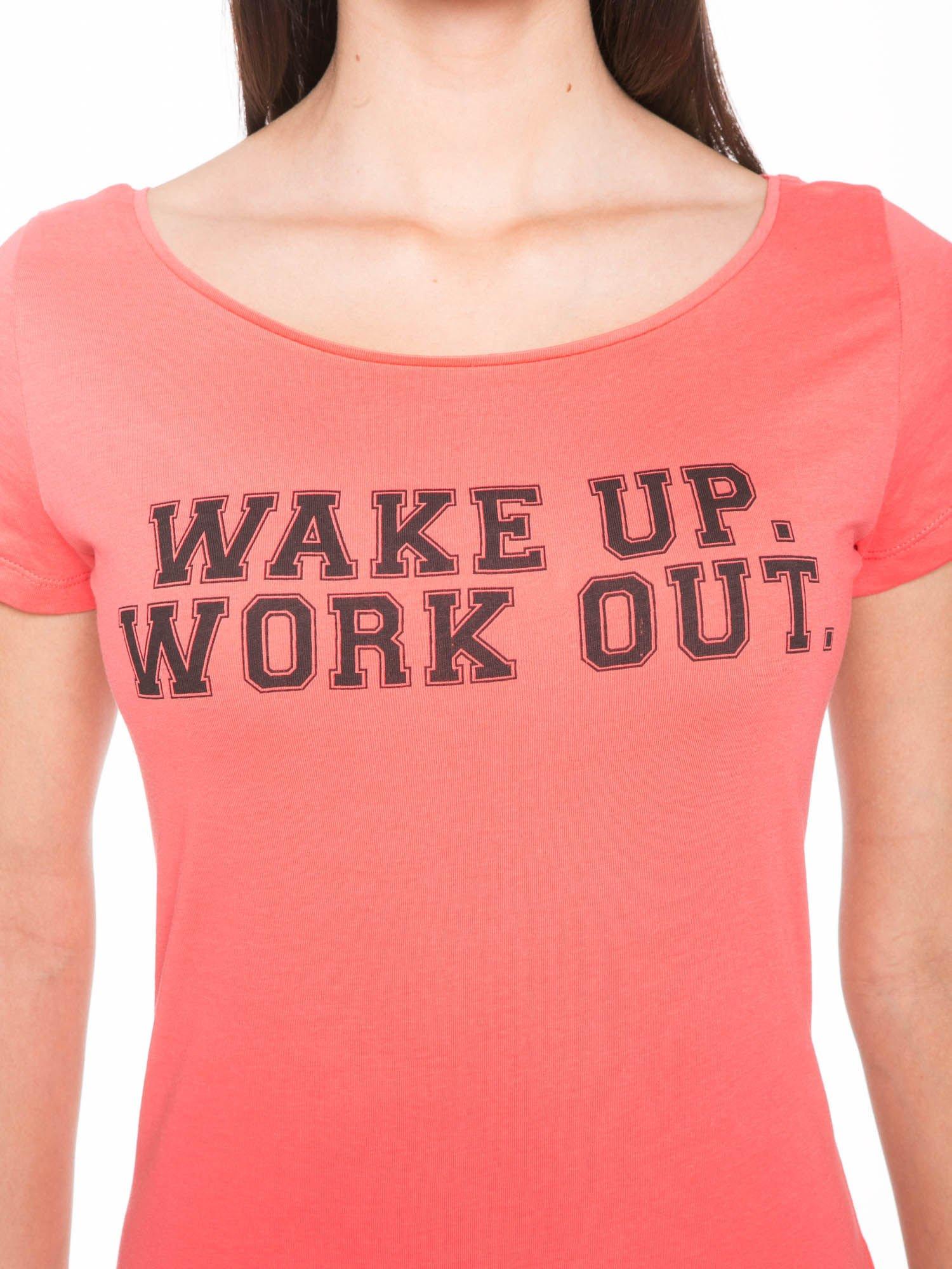 Koralowy bawełniany t-shirt z nadrukiem tekstowym WAKE UP WORK OUT                                  zdj.                                  7