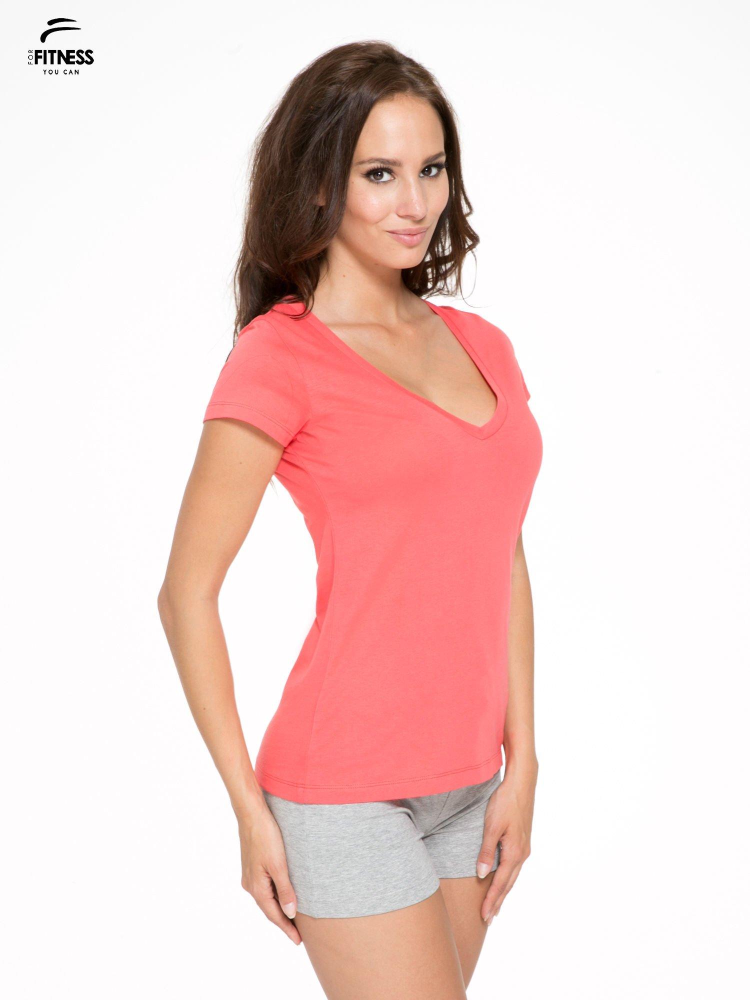 Koralowy gładki t-shirt z dekoltem w serek                                  zdj.                                  3