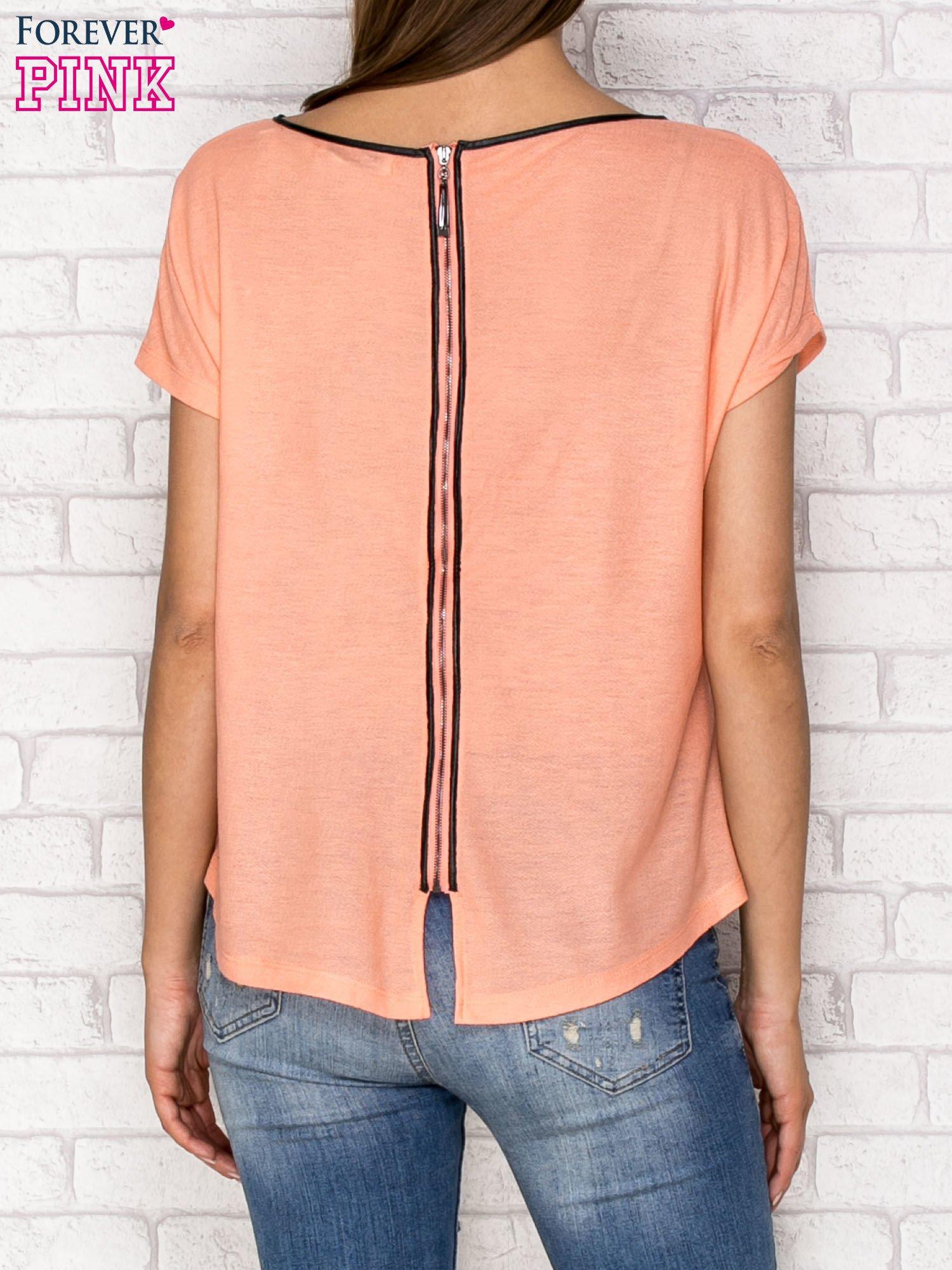 Koralowy t-shirt z nadrukiem tygrysa i zipem z tyłu                                  zdj.                                  2