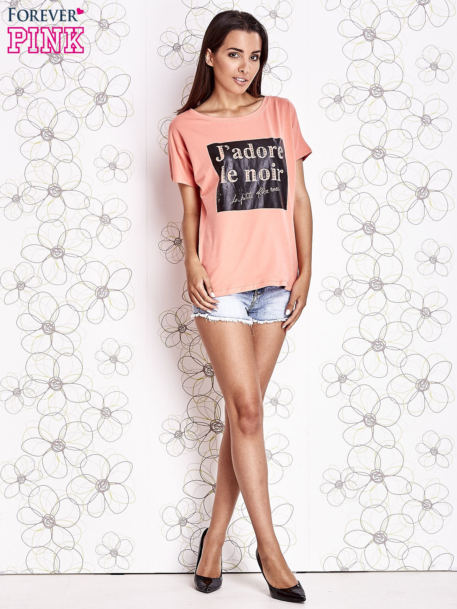 Koralowy t-shirt z napisem J'ADORE LE NOIR                                  zdj.                                  2