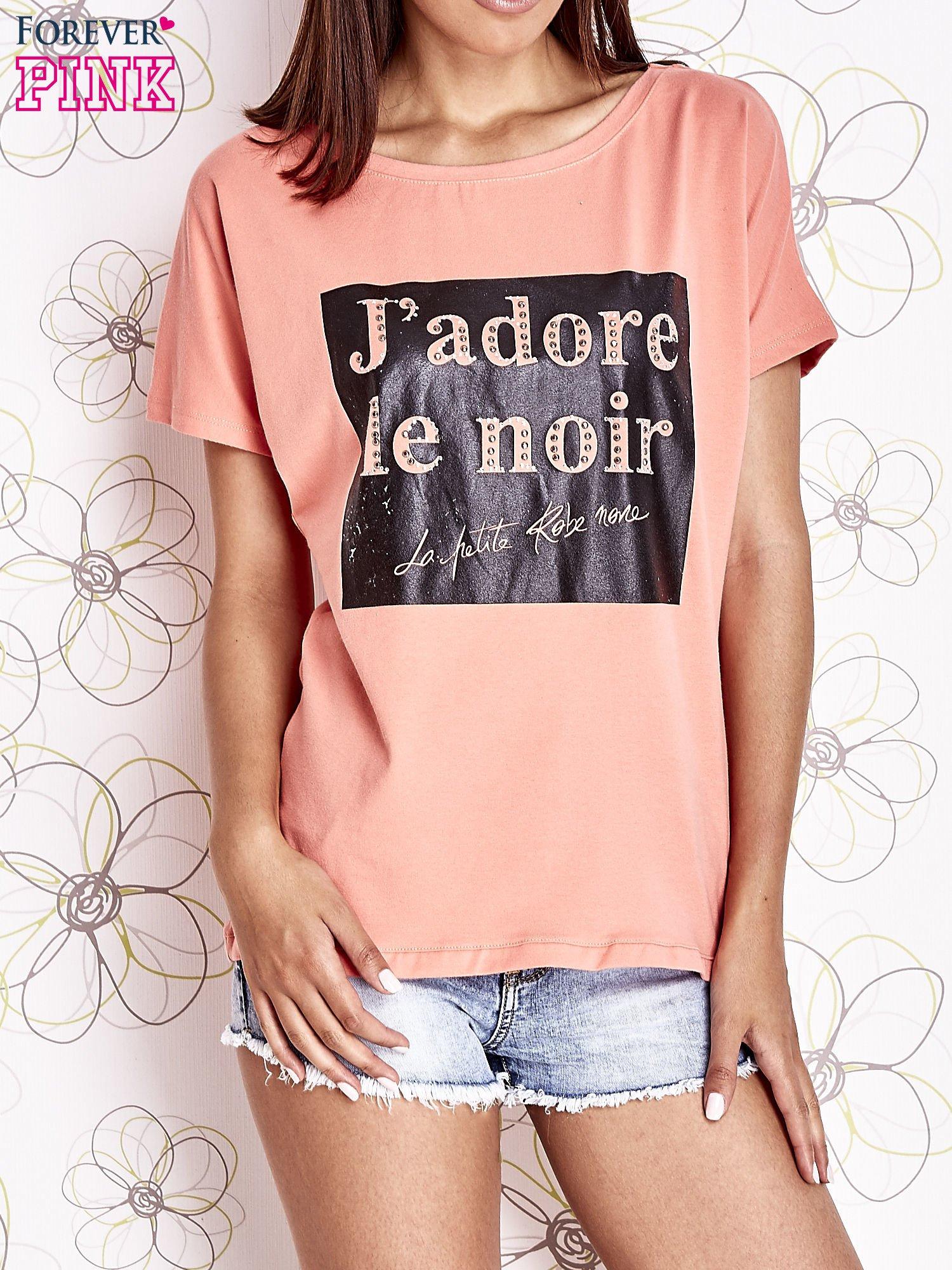 Koralowy t-shirt z napisem J'ADORE LE NOIR                                  zdj.                                  1