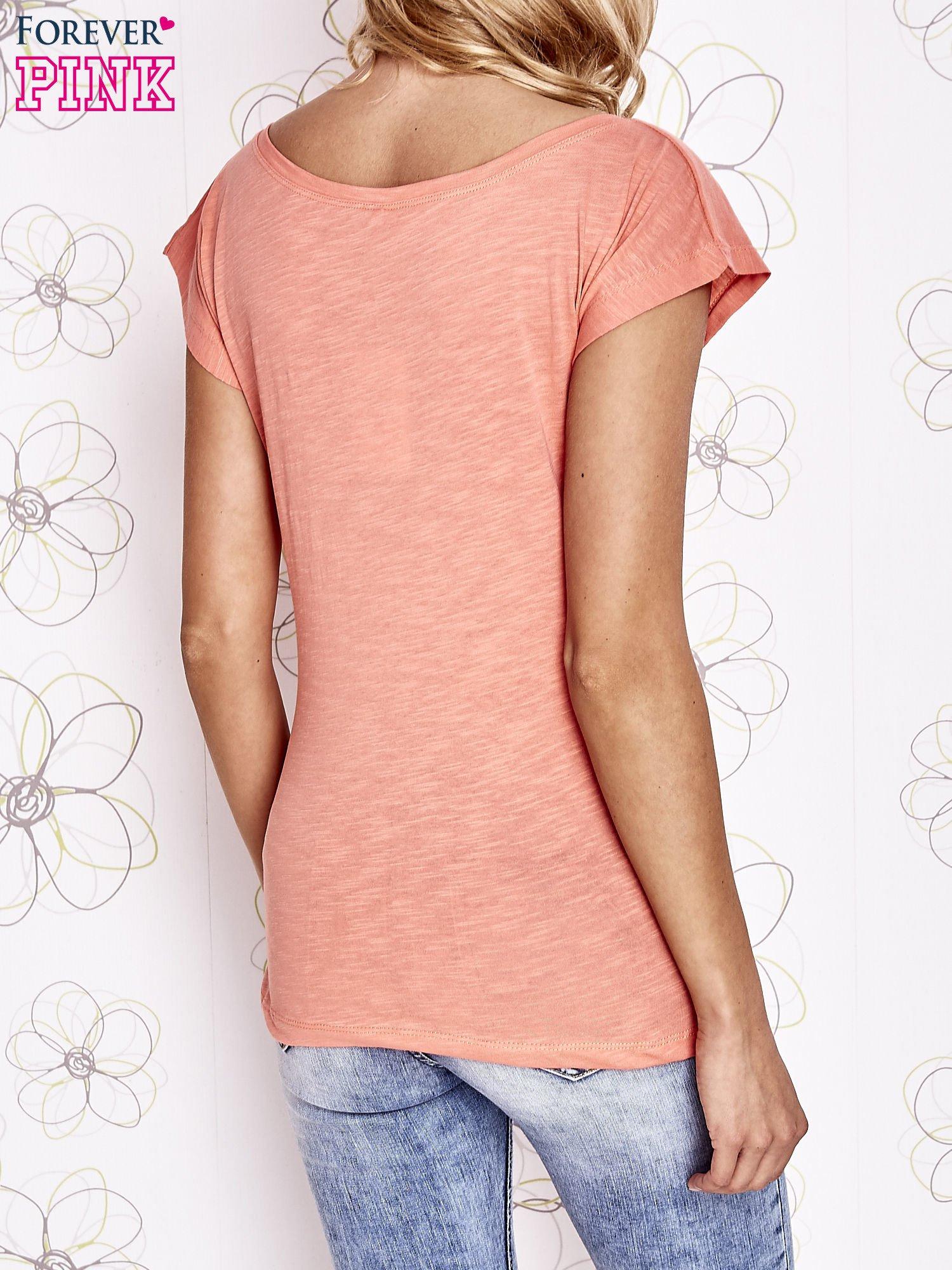 Koralowy t-shirt z napisem LET ME LIVE LIKE AN OUTSIDER                                  zdj.                                  2