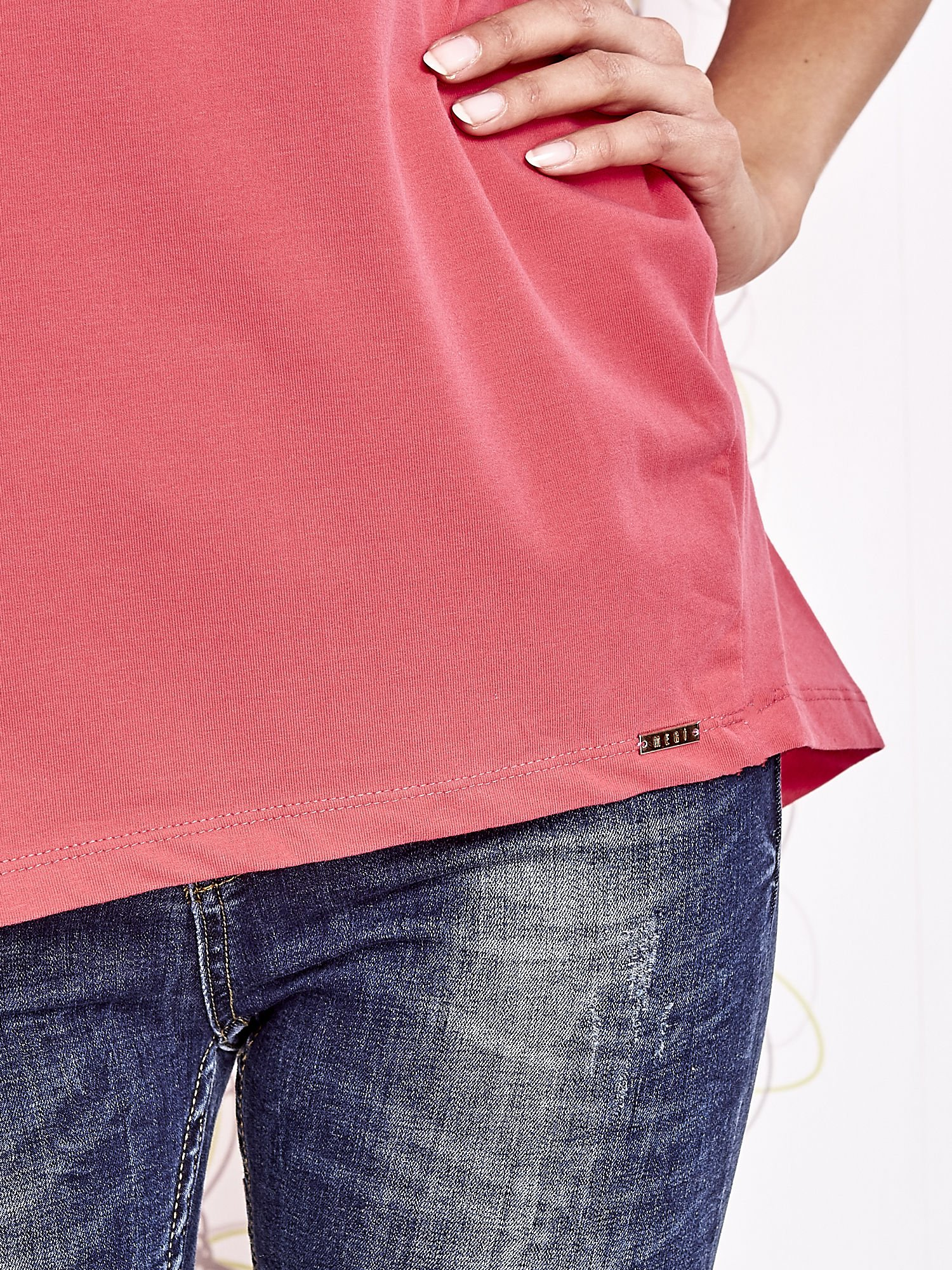 Koralowy t-shirt z ozdobnym napisem i kokardą                                  zdj.                                  6