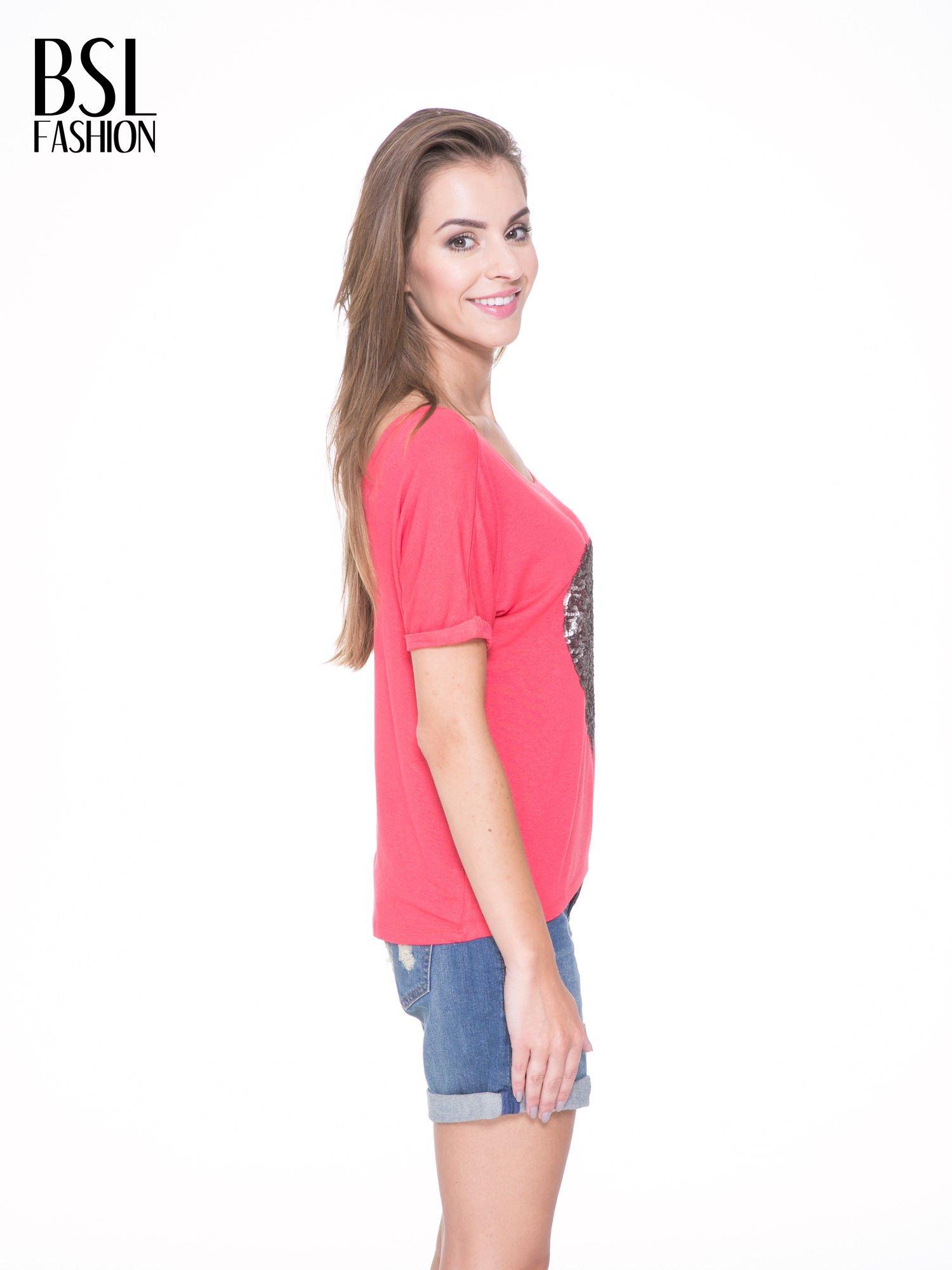 Koralowy t-shirt ze srebrnym sercem z cekinów                                  zdj.                                  3