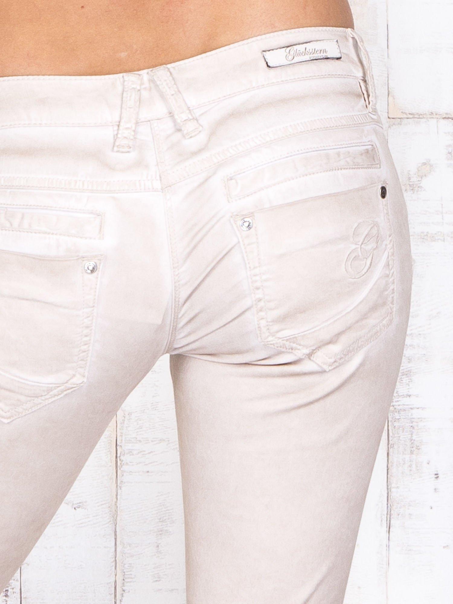 Kremowe materiałowe spodnie skinny z dekatyzacją i suwakami                                  zdj.                                  5