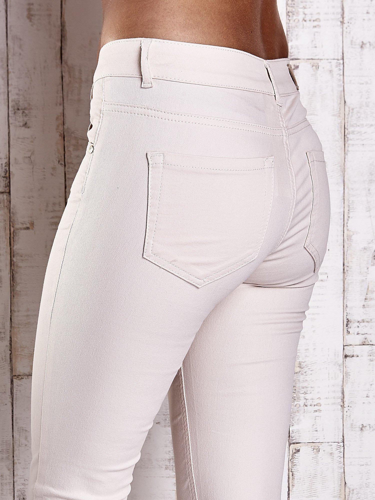 Kremowe spodnie ze złotymi napami                                  zdj.                                  6