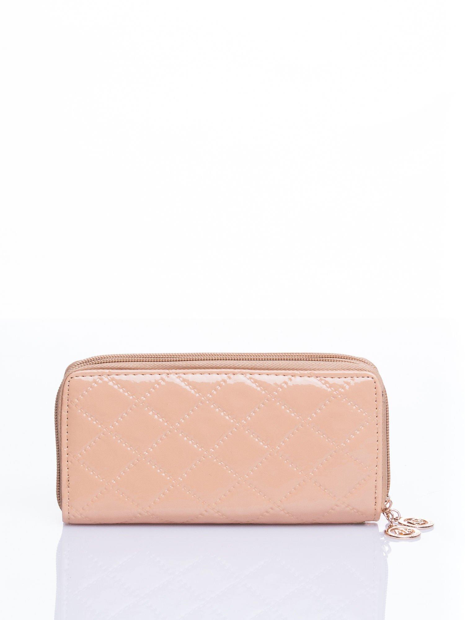 Kremowy lakierowany pikowany portfel                                  zdj.                                  3