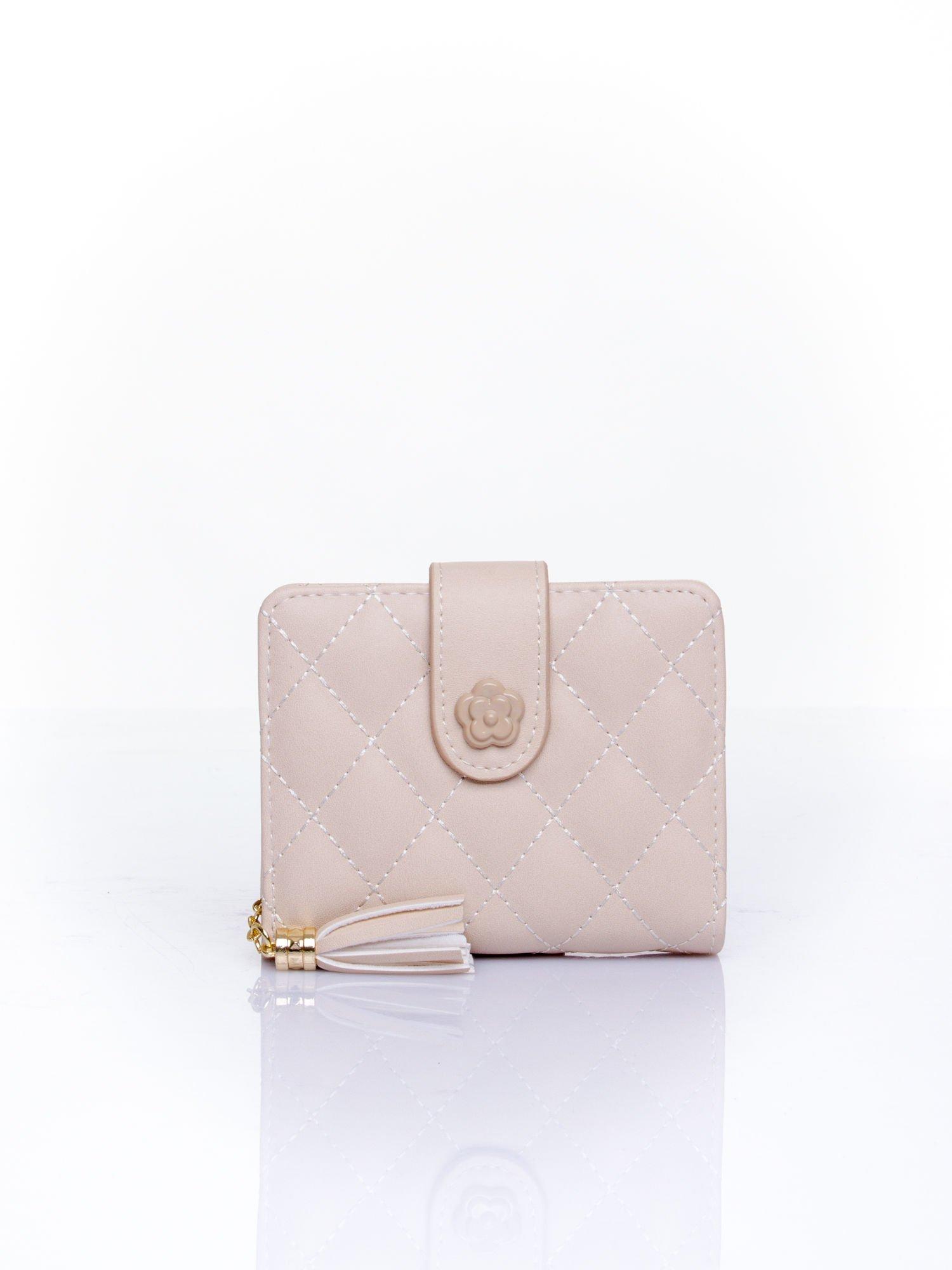Kremowy pikowany portfel z ozdobnym zapięciem                                  zdj.                                  1
