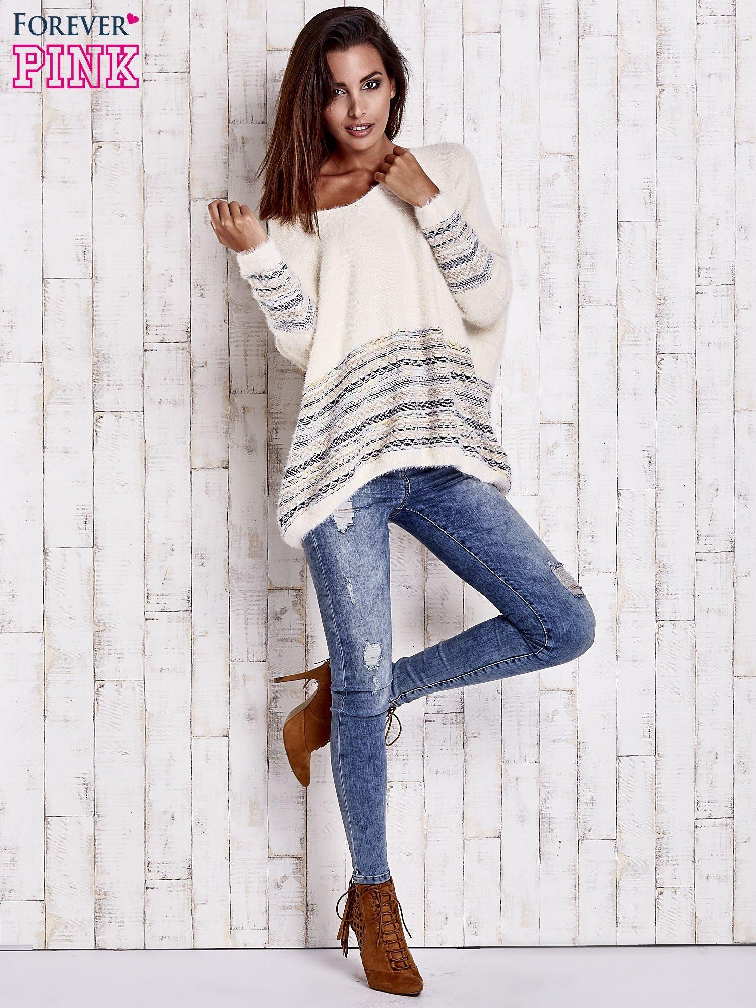 Kremowy włochaty sweter oversize z kolorową nitką                                   zdj.                                  2