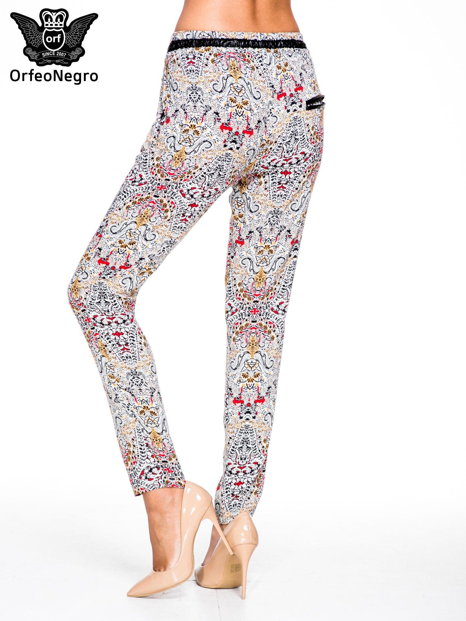 Lejące spodnie we wzór etno                                  zdj.                                  4