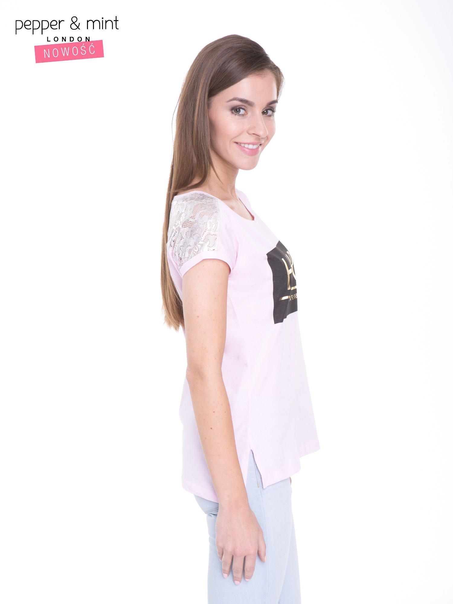 Liliowy t-shirt z metalicznym nadrukiem HARD i koronkową wstawką z tyłu                                  zdj.                                  3