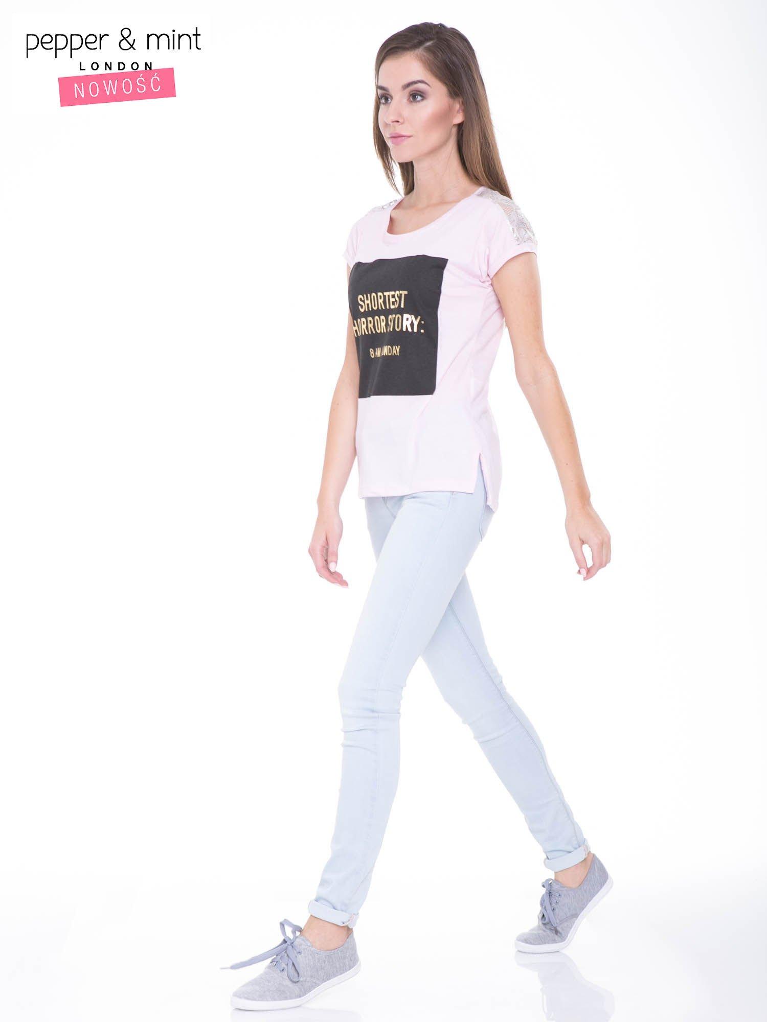 Liliowy t-shirt z zabawnym nadrukiem SHORTEST HORROR STORY 8 AM. MONDAY                                  zdj.                                  5