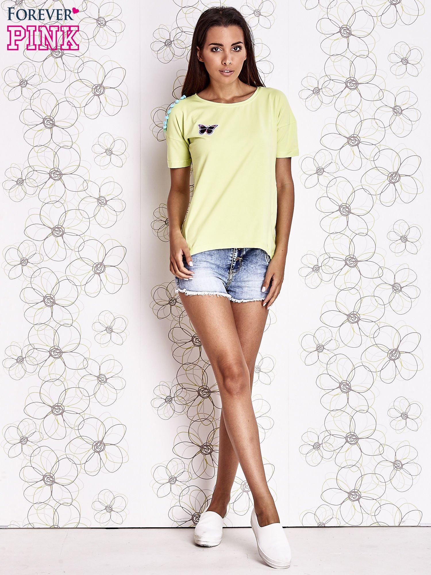 Limonkowy t-shirt z naszywką motyla i pomponami                                  zdj.                                  4